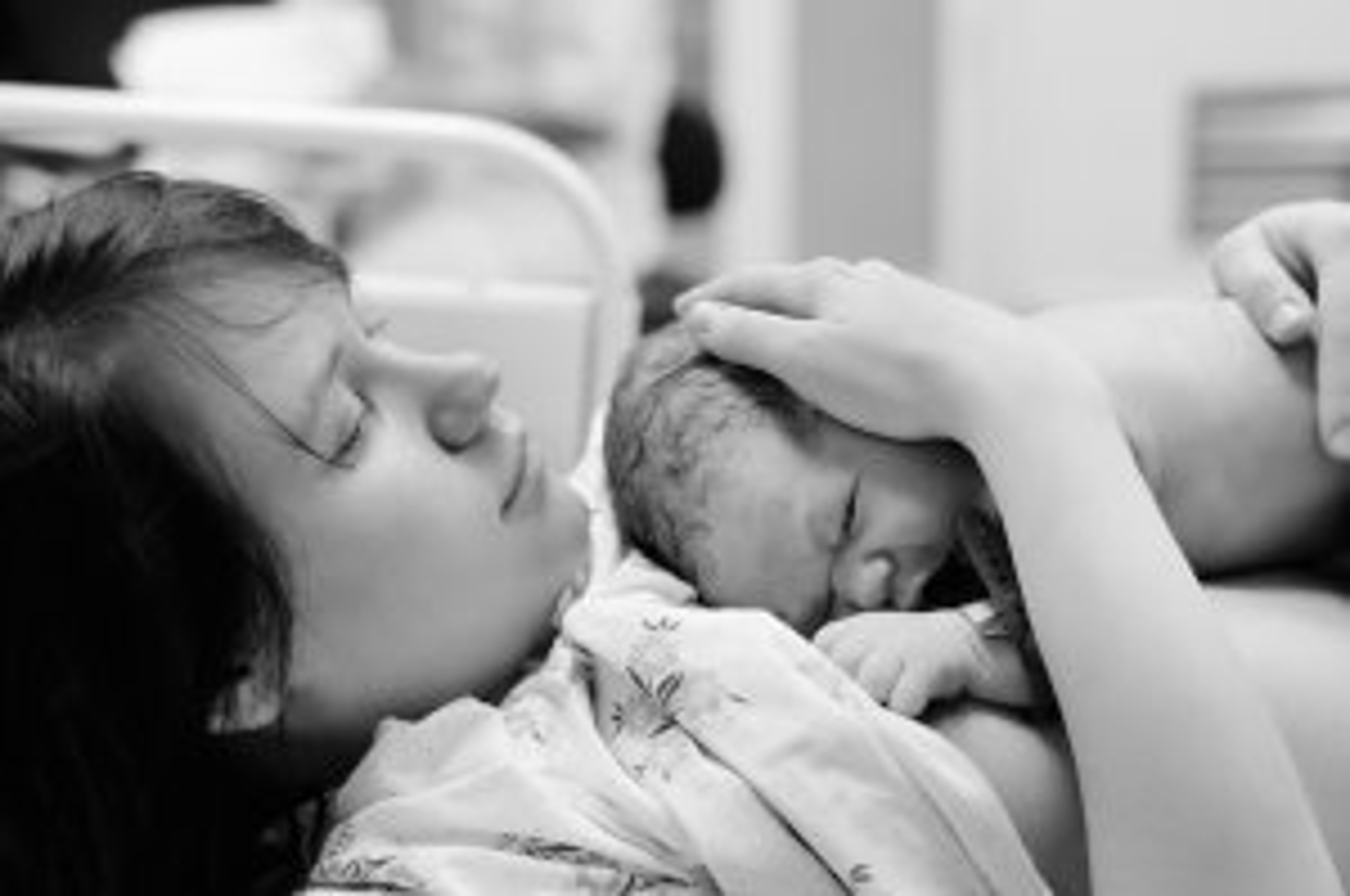 Mãe e bebê na sala de parto