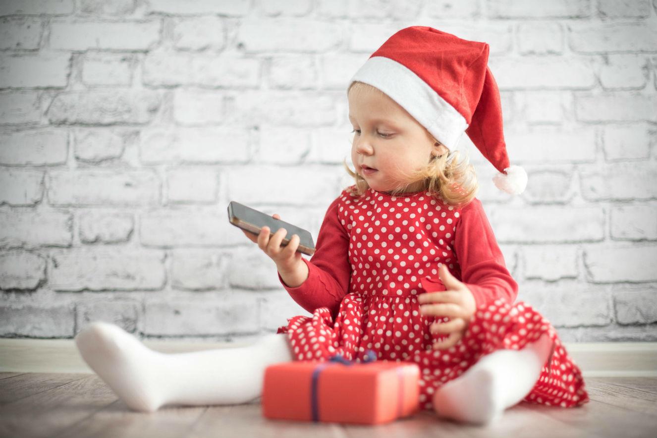 Criança no Natal no celular