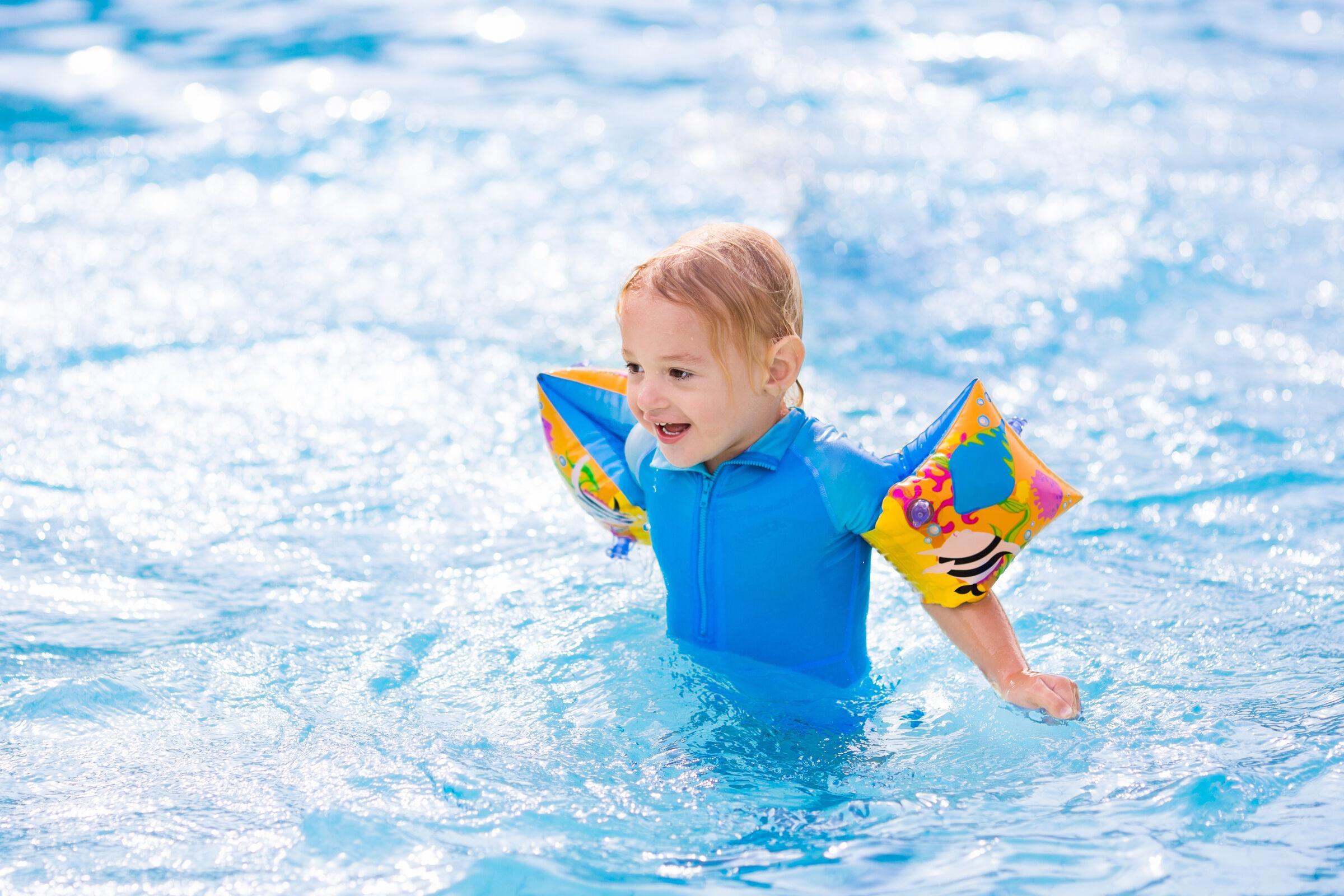 bebe-com-boia-na-piscina