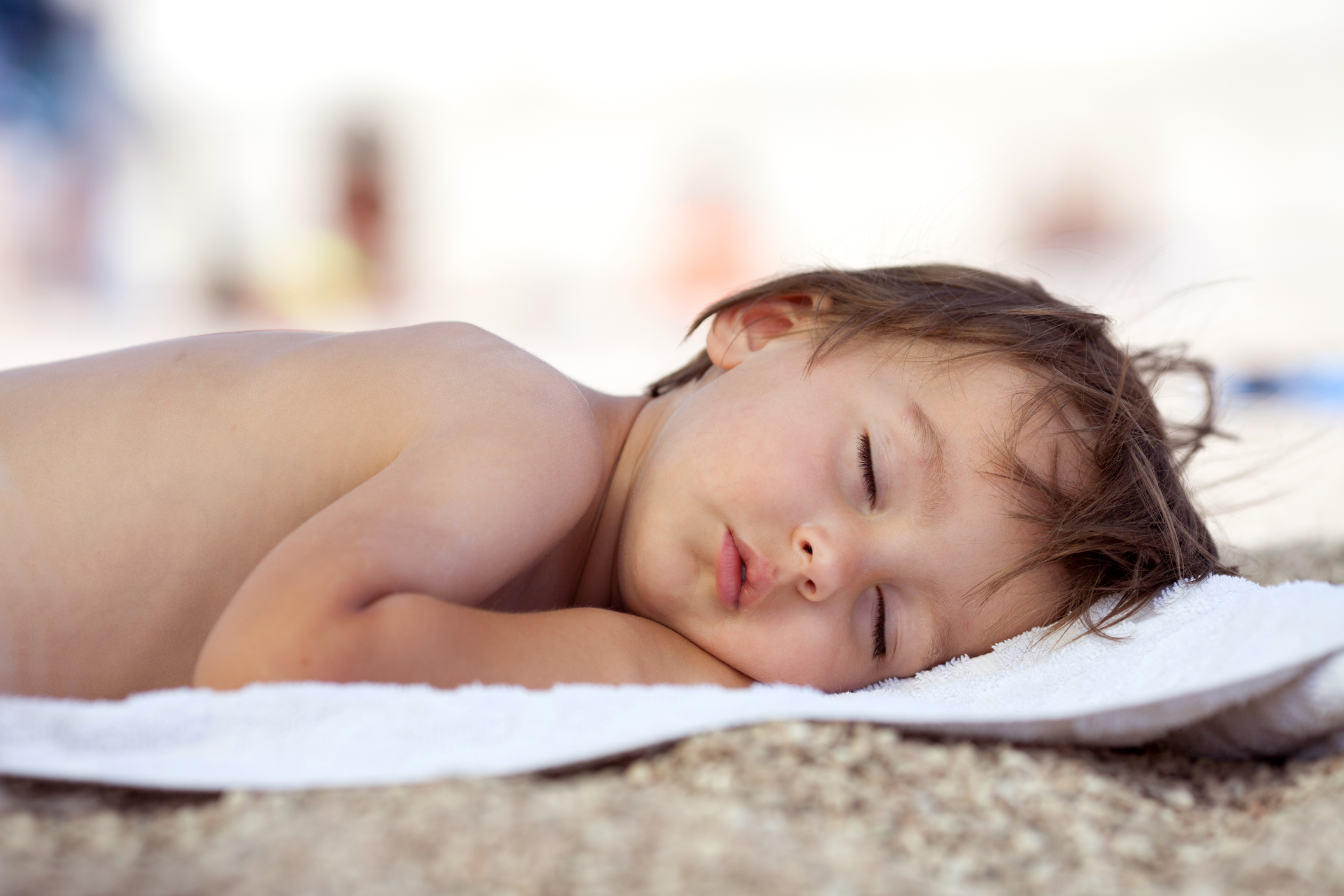 bebe-dormindo-praia