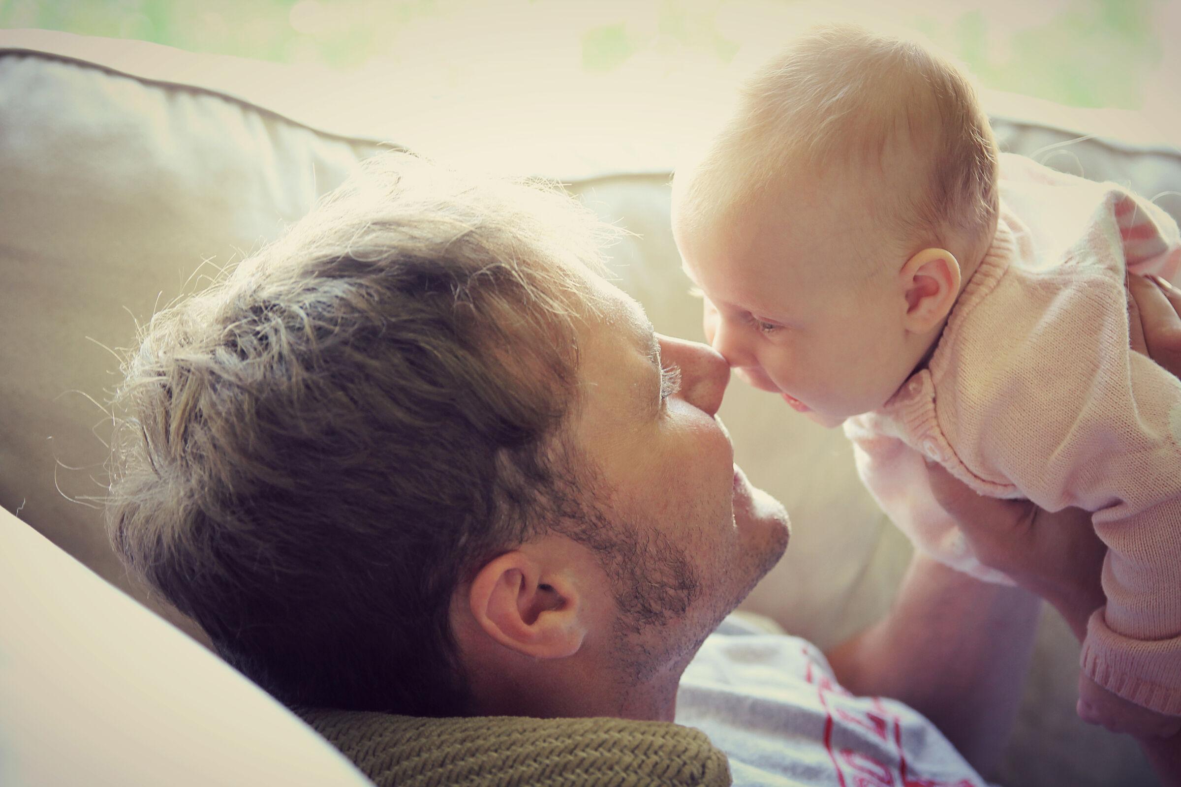 Pai com filho no colo