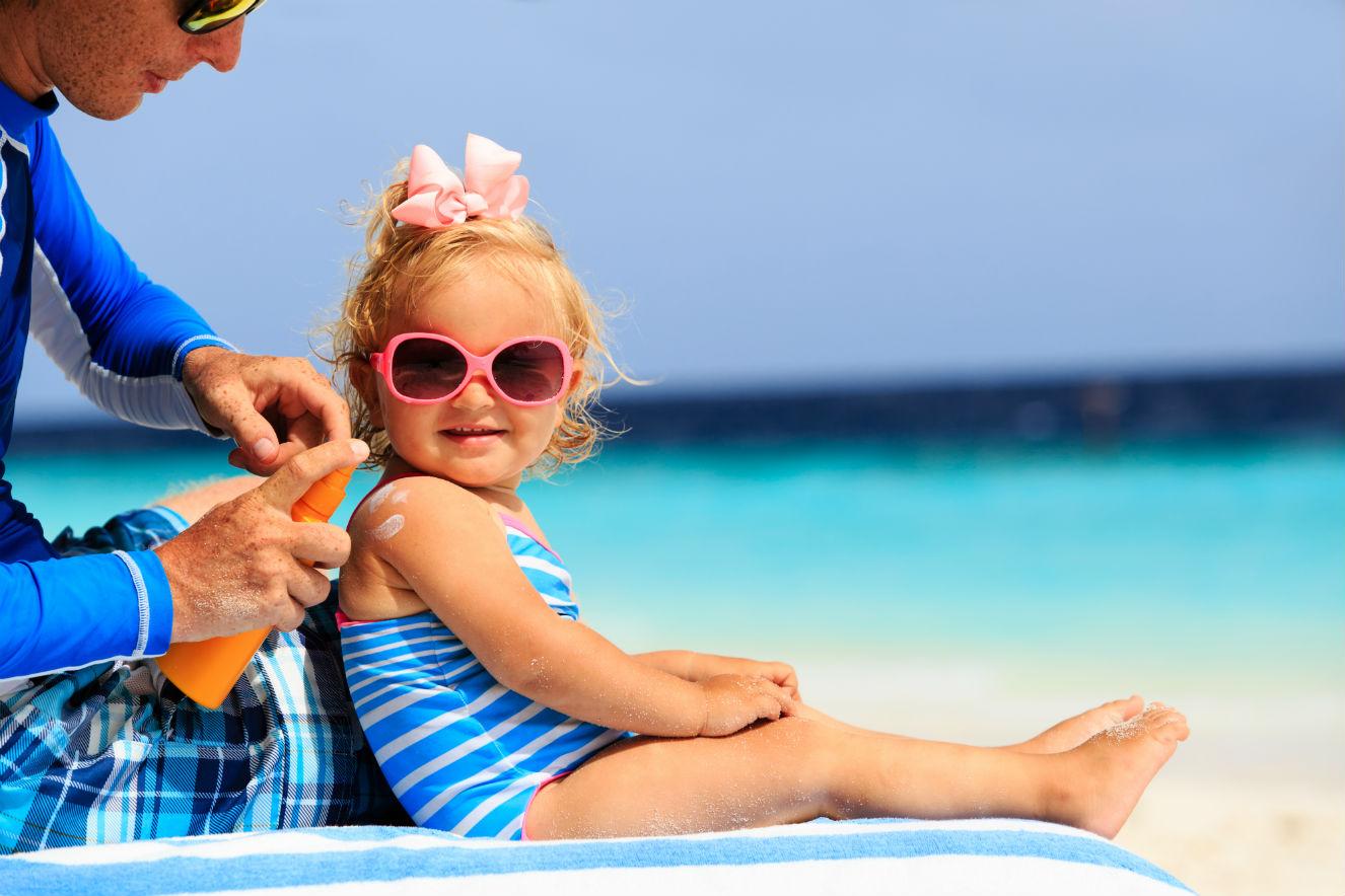 pai-passando-protetor-solar-na-filha