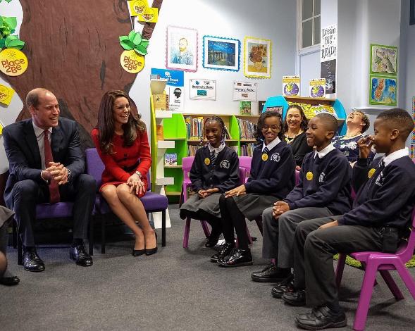 Kate e William visitam escola