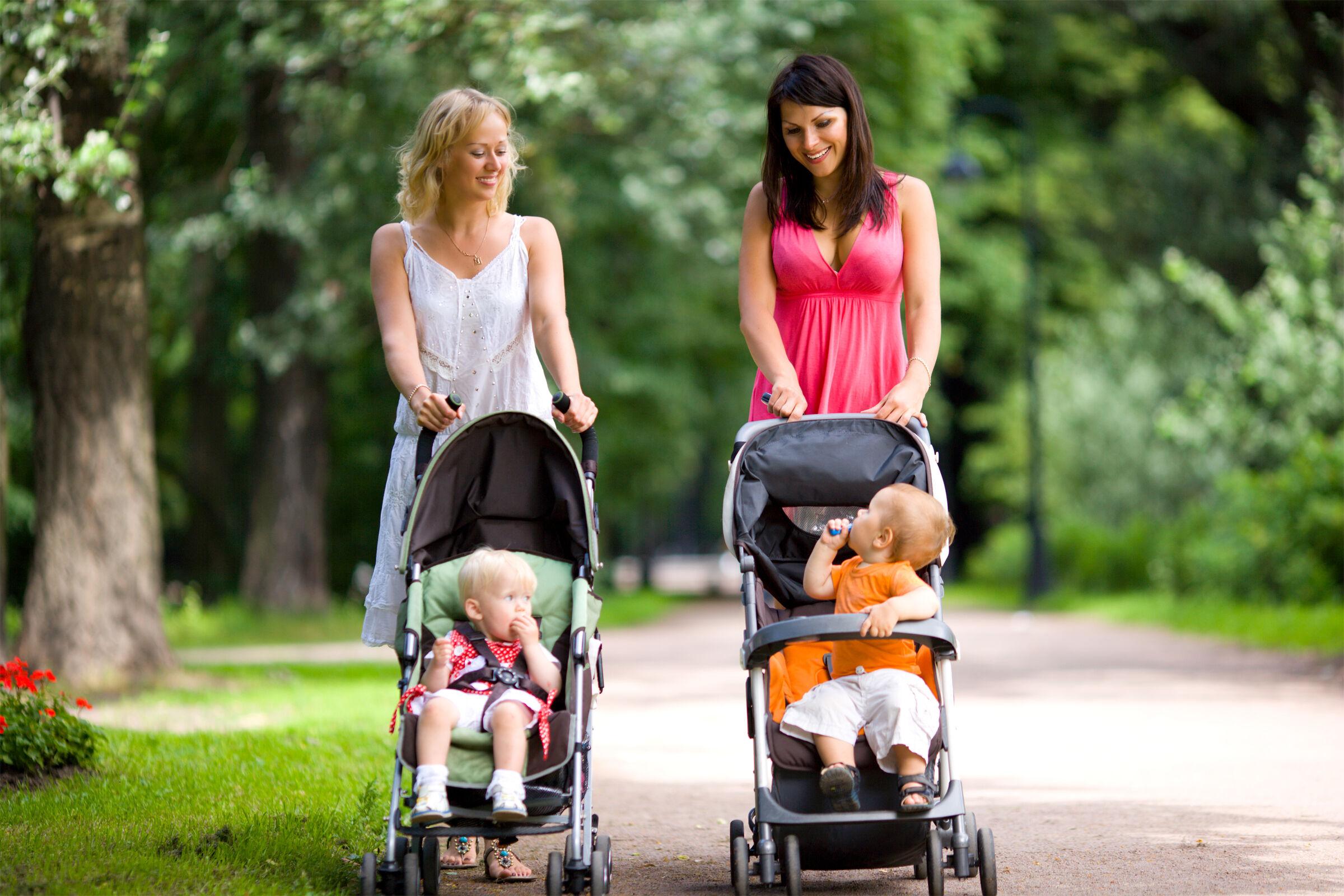 Mães com os filhos no parque
