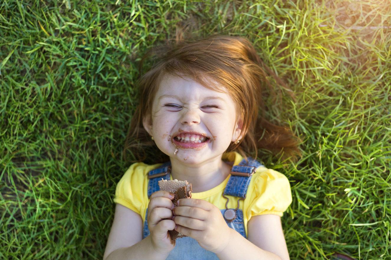 crianca comendo chocolate