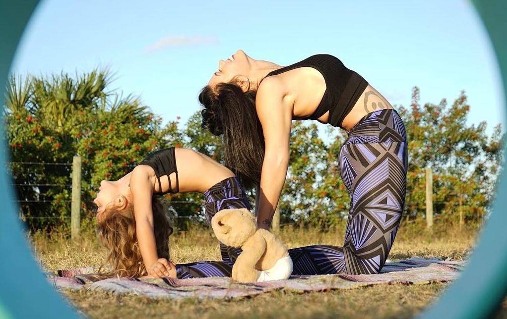 Mãe e filhos na yoga destaque
