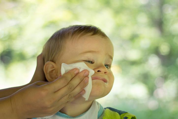 Mãe limpando a boca do bebê