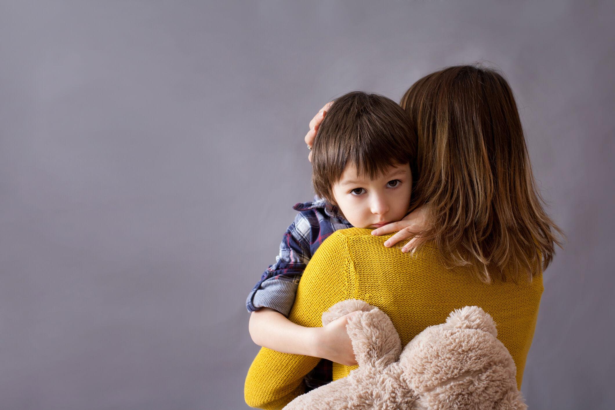 Menino abraçando a mãe – abandono paterno