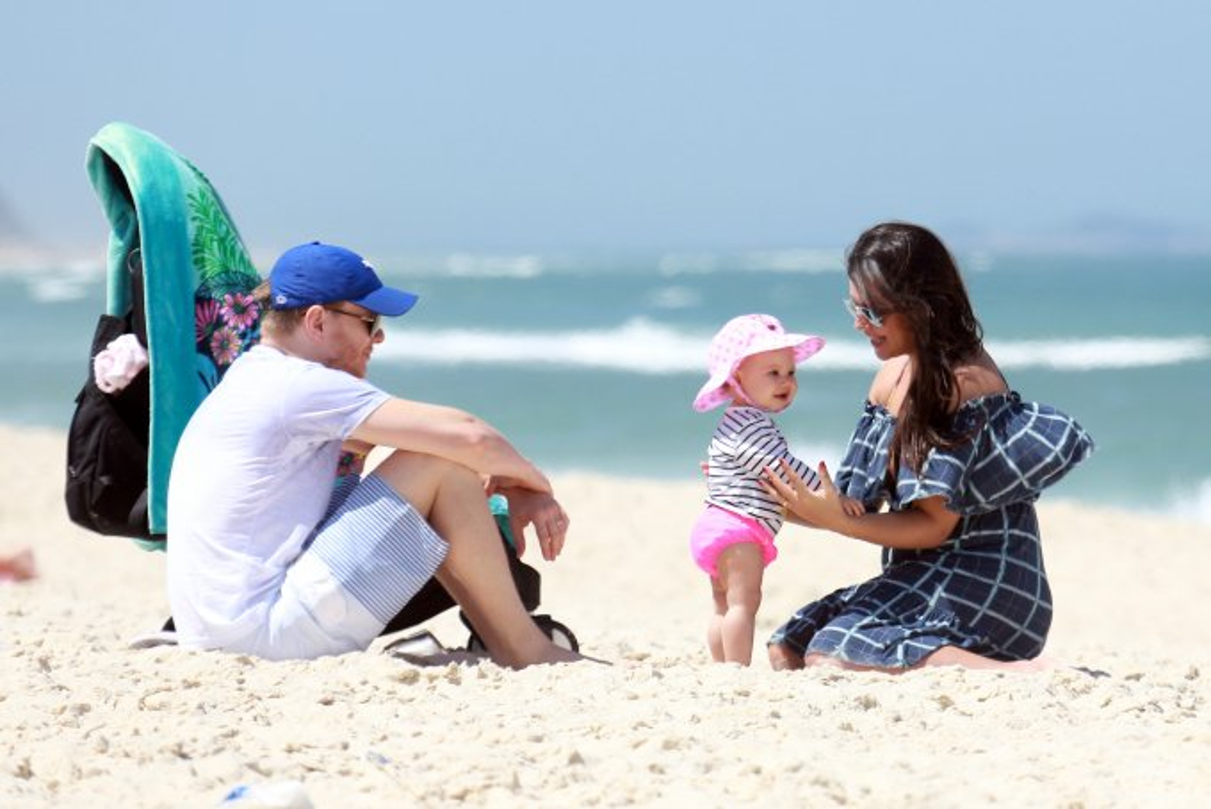 Michel Teló, Thais Fersoza e Melinda na praia