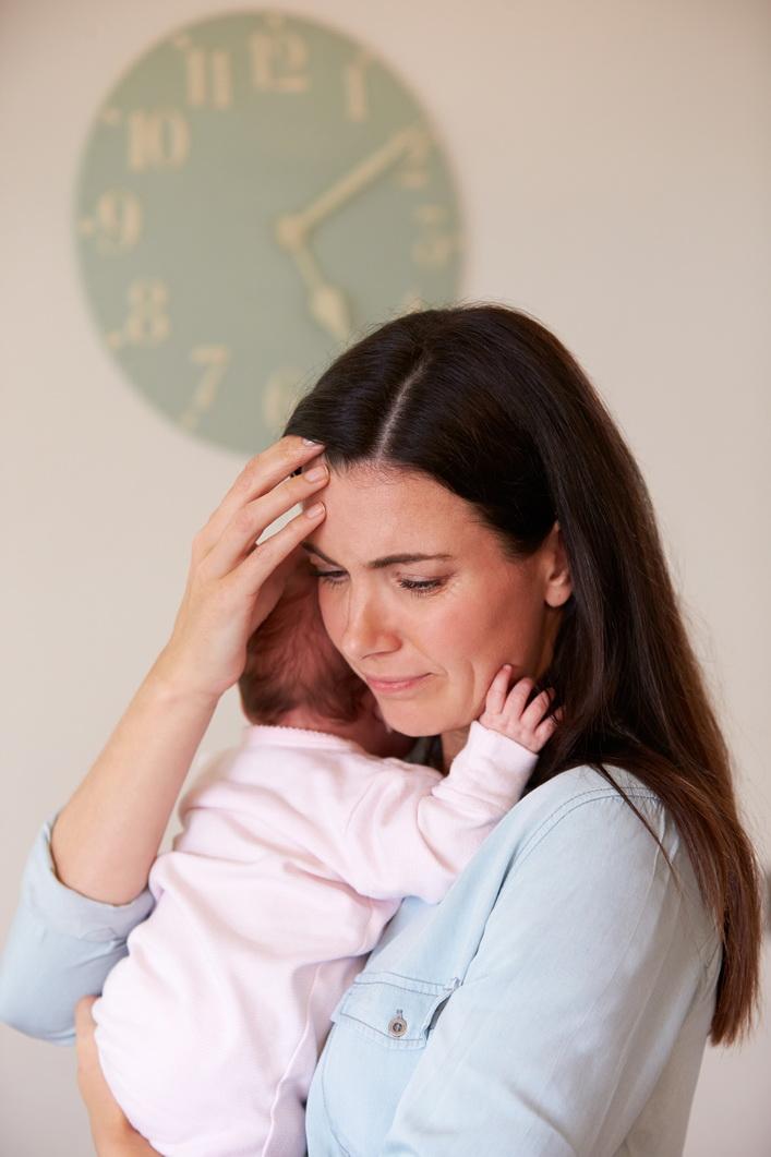 Mãe-preocupada-com-bebê-no-colo
