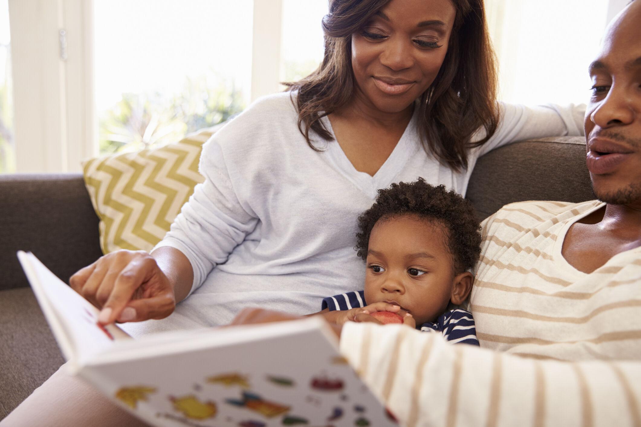 Pais lendo com criança