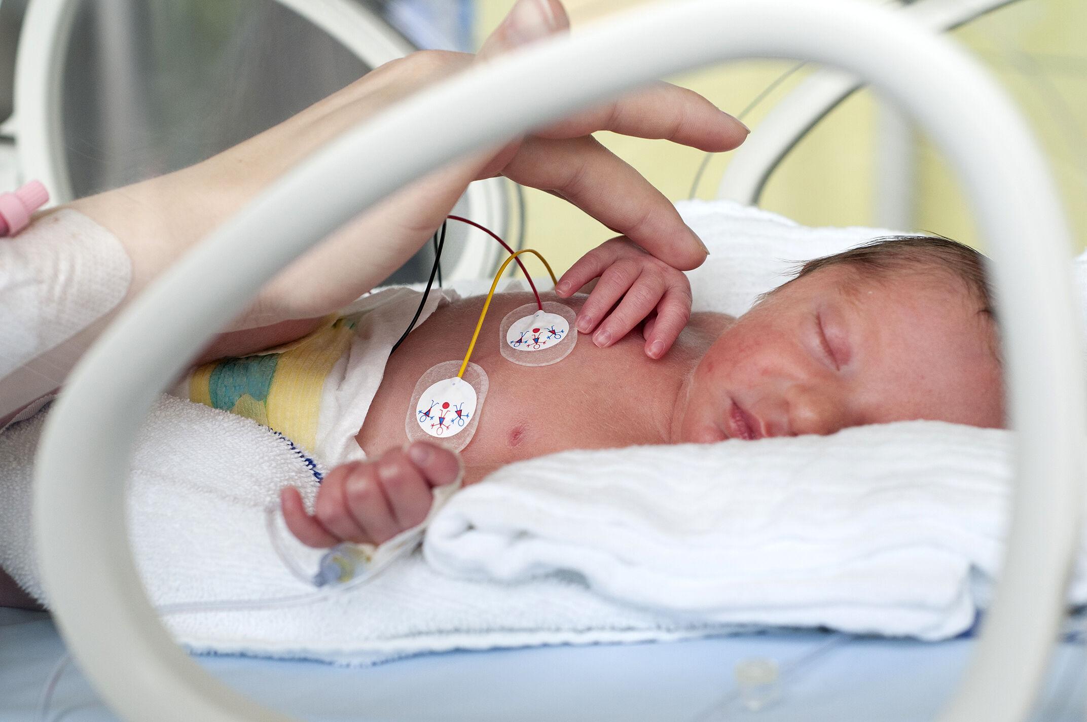 Ouvir a voz da mãe pode ajudar bebês na UTI neonatal a dormir melhor | Bebe .com.br