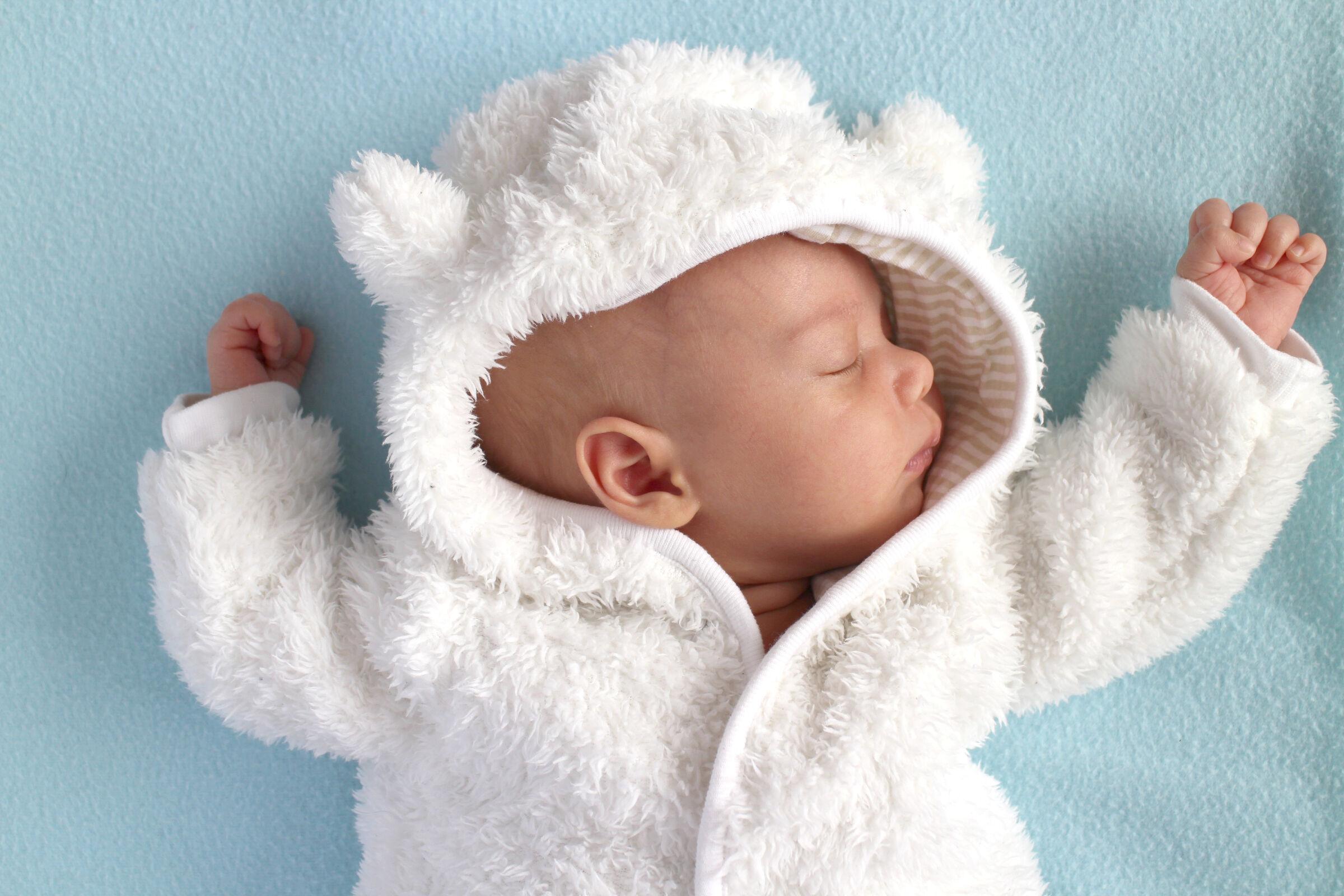 Recém-nascido usando roupa de inverno - como economizar ao montar o enxoval do bebê