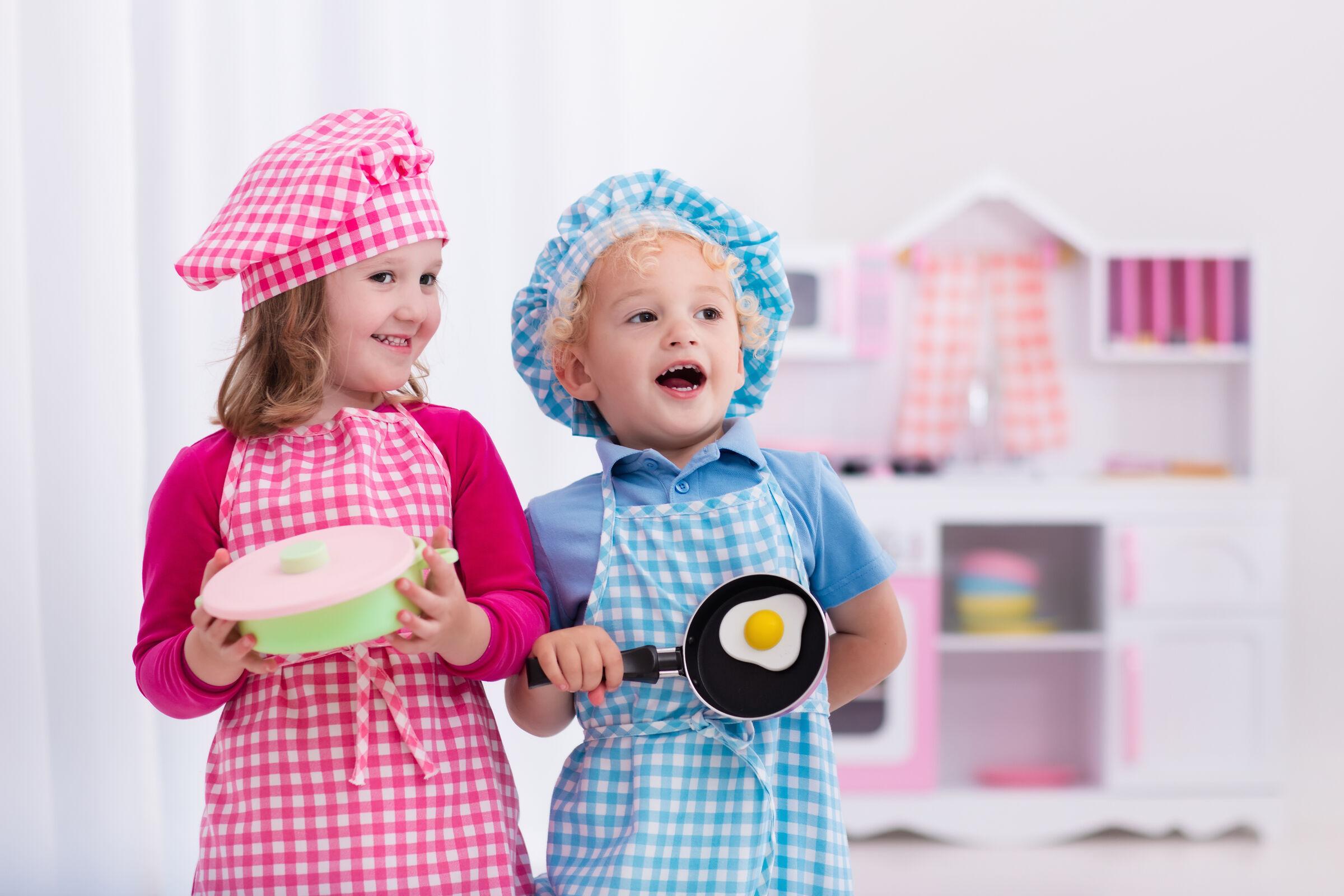 Menina e menino brincando com panelinhas