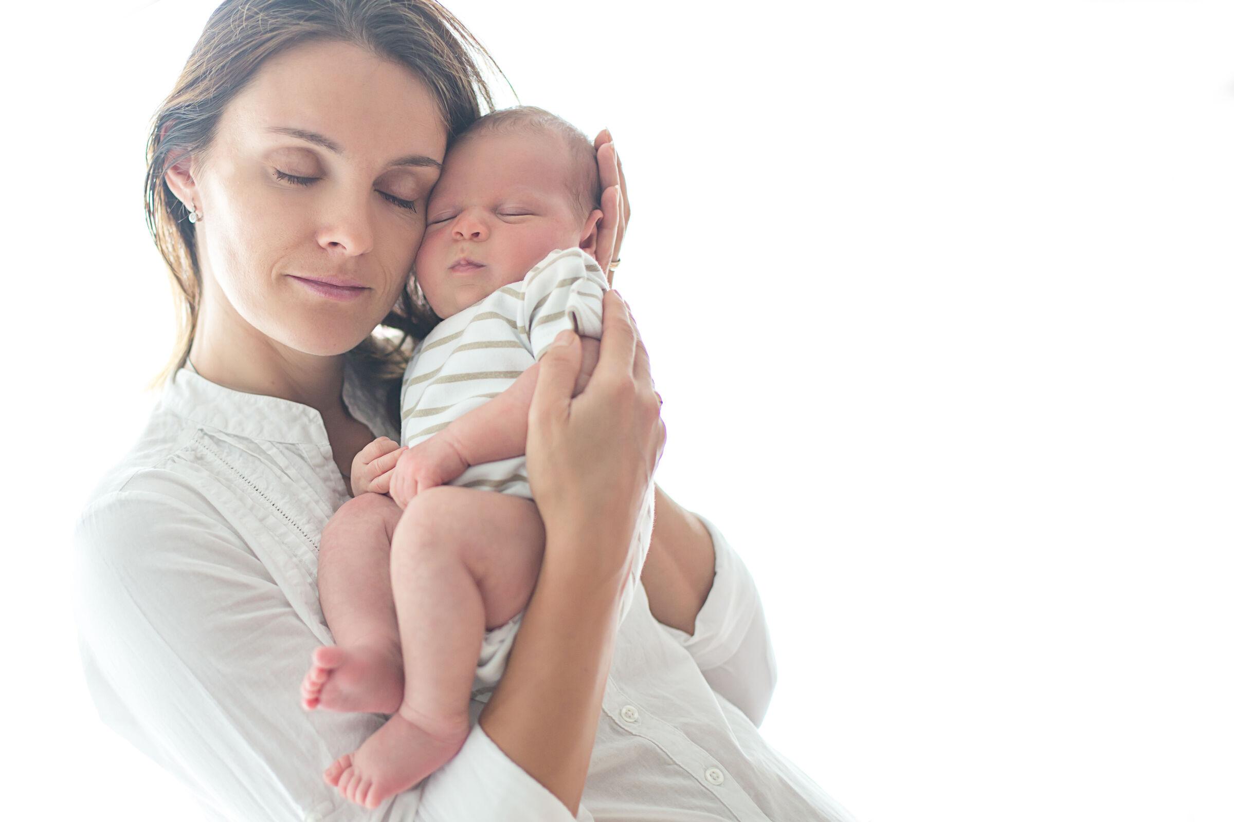 Mãe segurando recém-nascido
