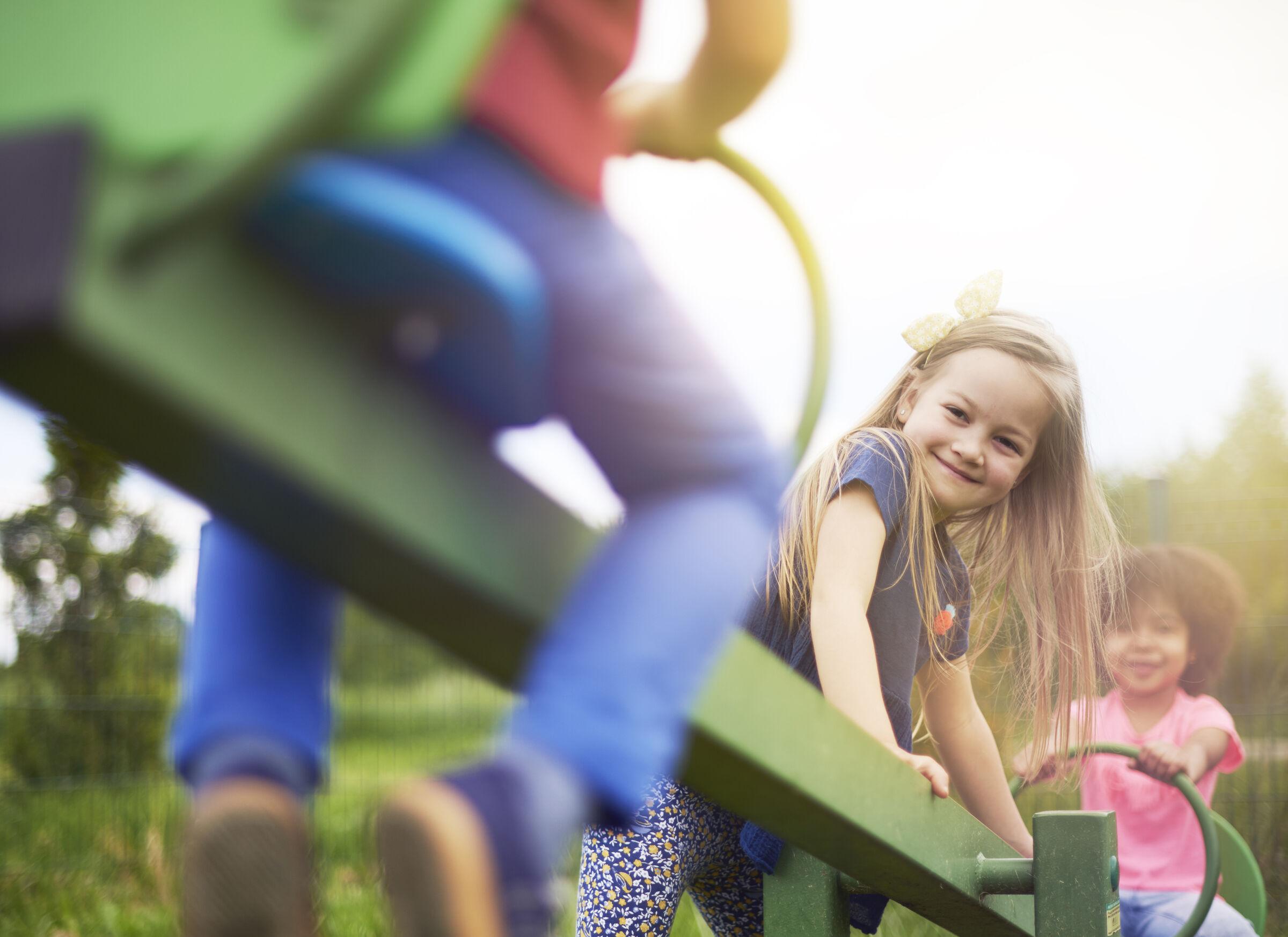 Crianças brincando no parquinho - acidentes domésticos no verão