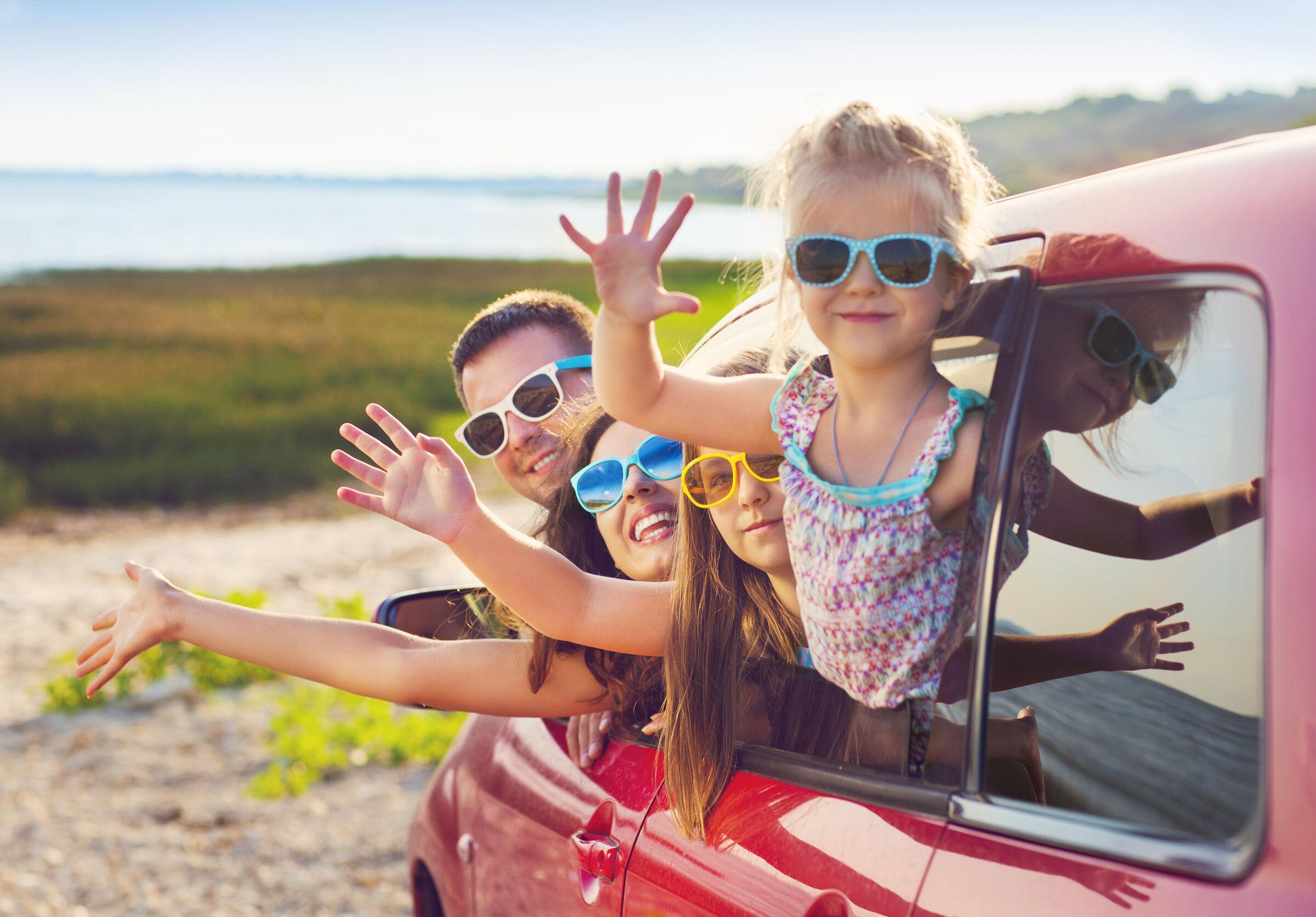 Família feliz chegando na praia