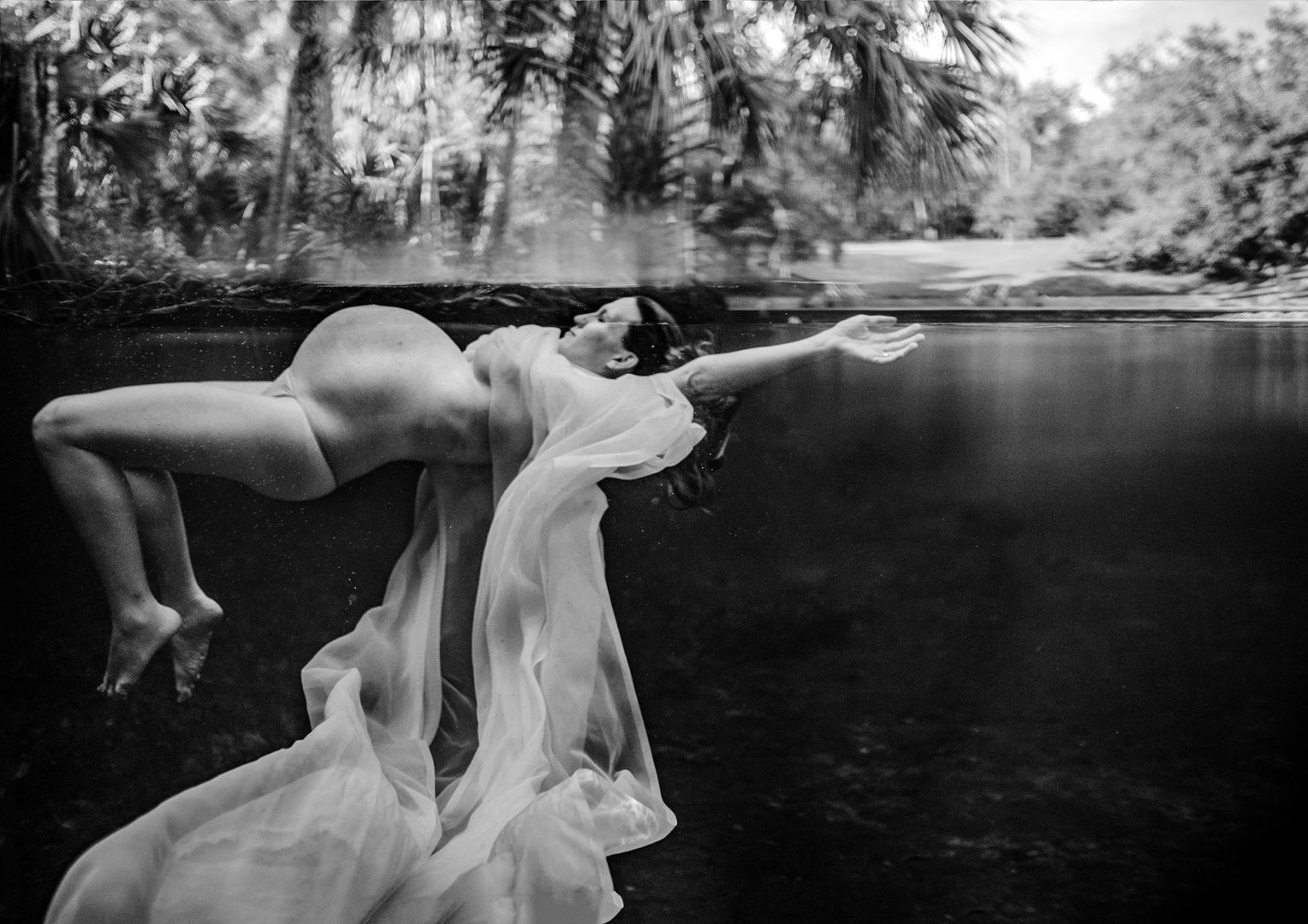 Gestante na água - melhor foto na categoria gravidez - concurso Birth Becomes Her