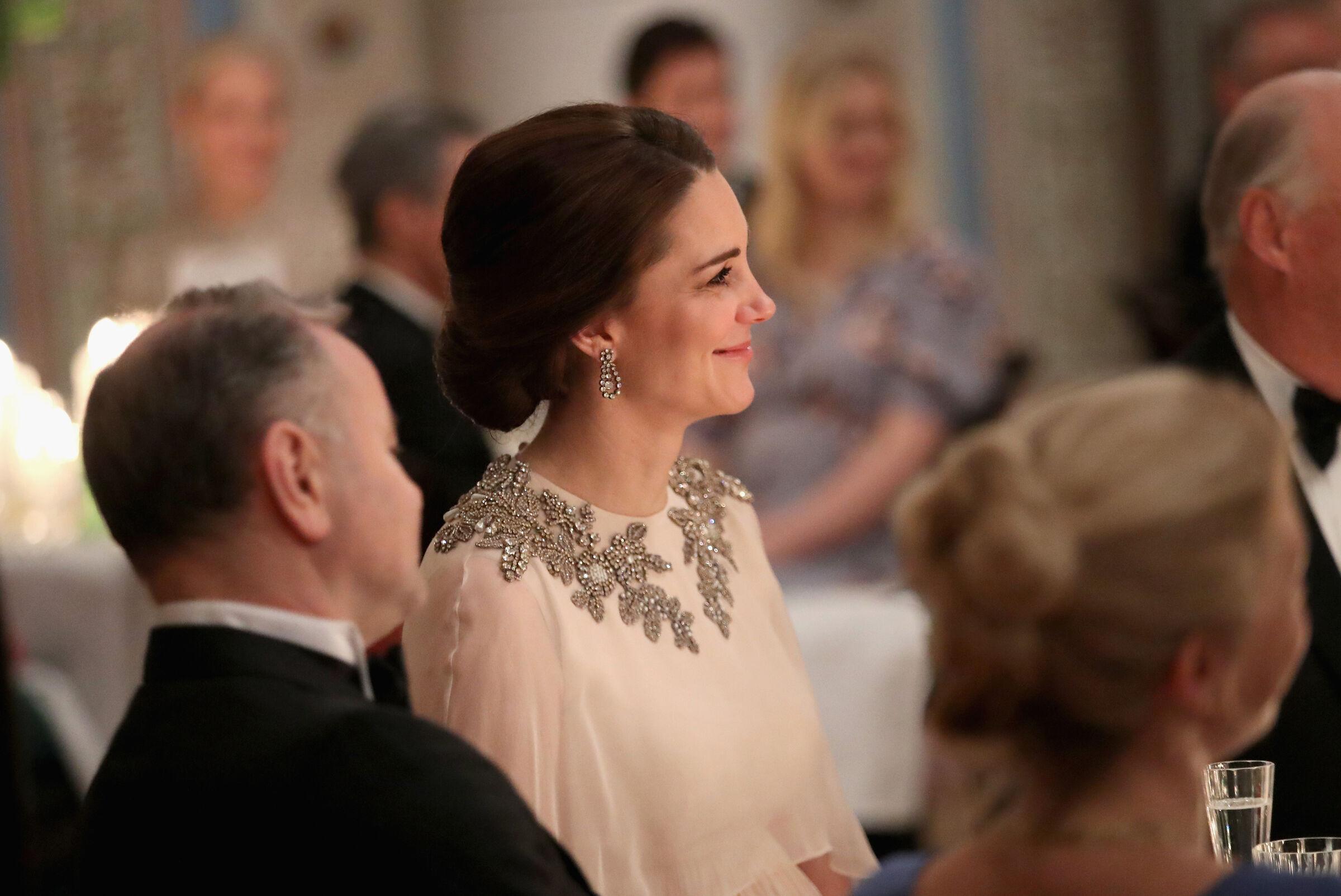 Kate Middleton marca a barriga da 3ª gravidez em vestido de gala