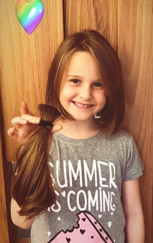 Filha de Fernanda Rodrigues doa o cabelo para crianças com câncer