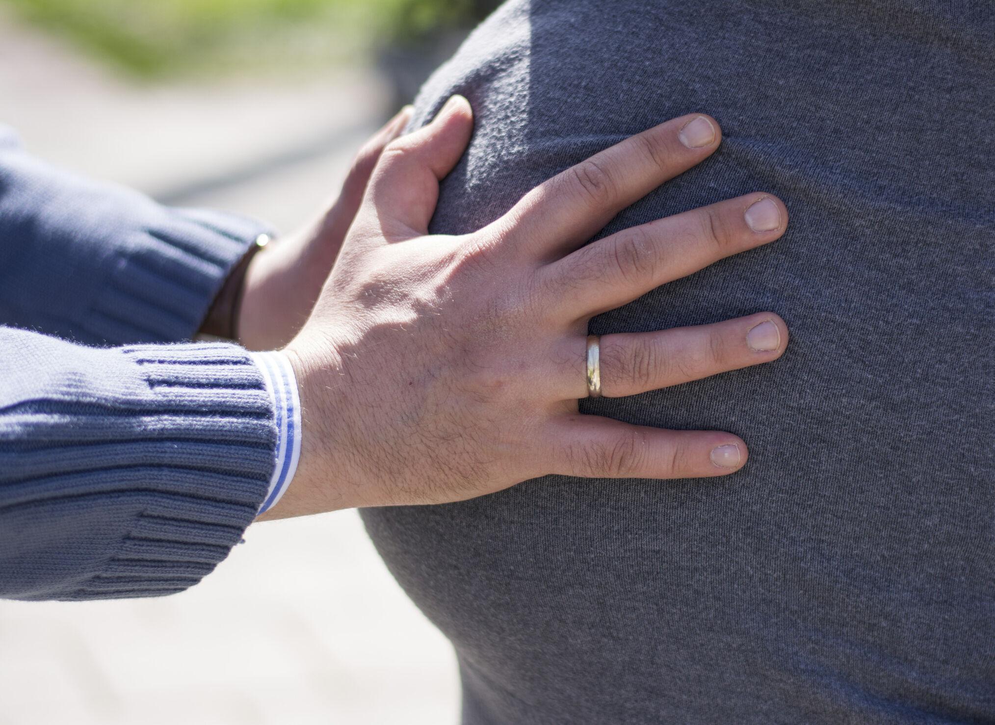 Pai sentindo chute do bebê na barriga da mãe