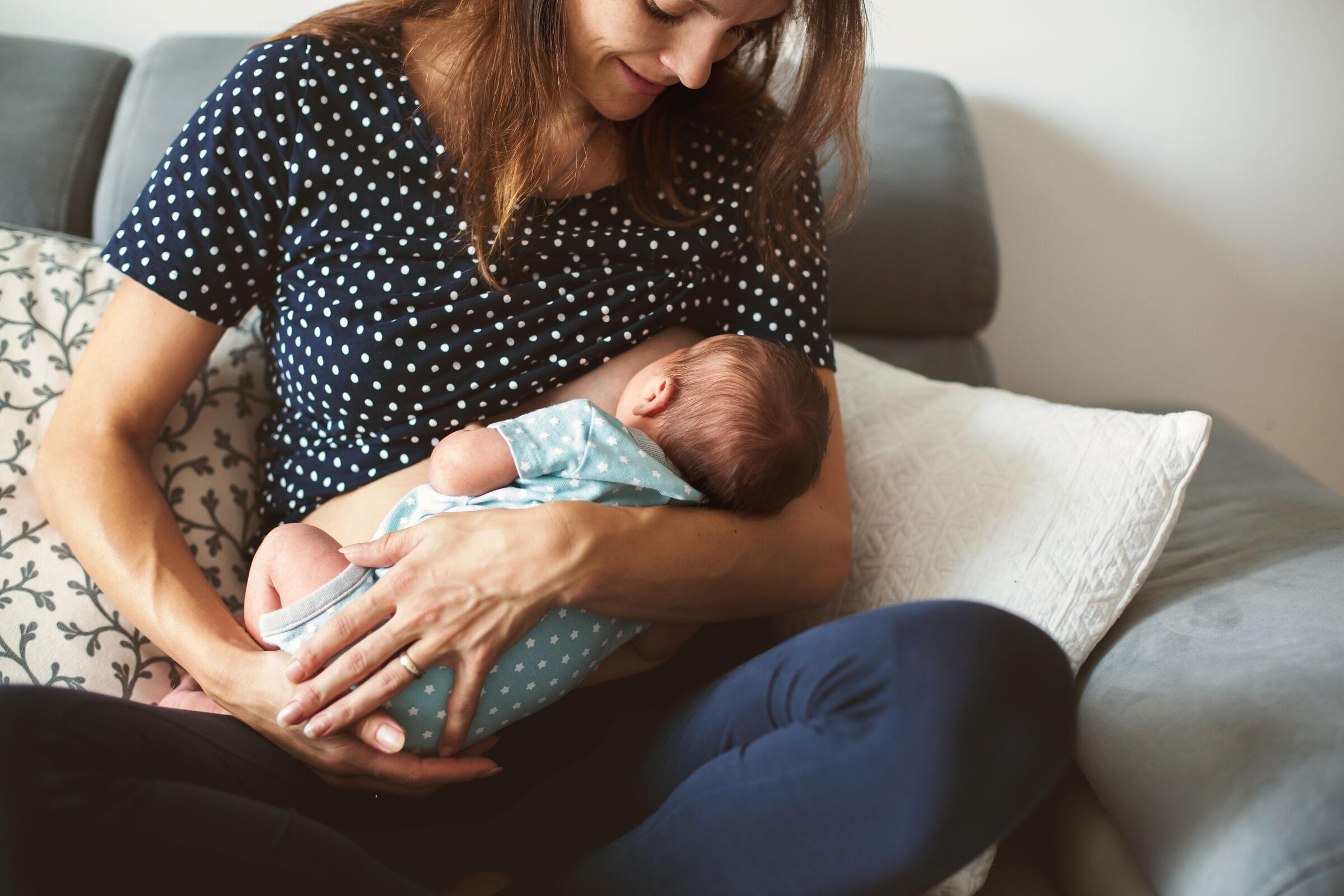 Mãe amamentando o filho