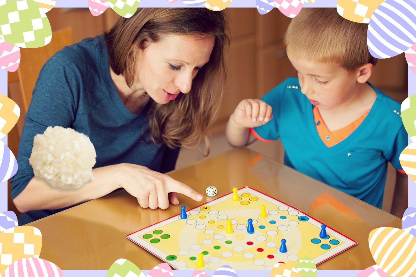 Mãe e filho jogando um jogo de tabuleiro