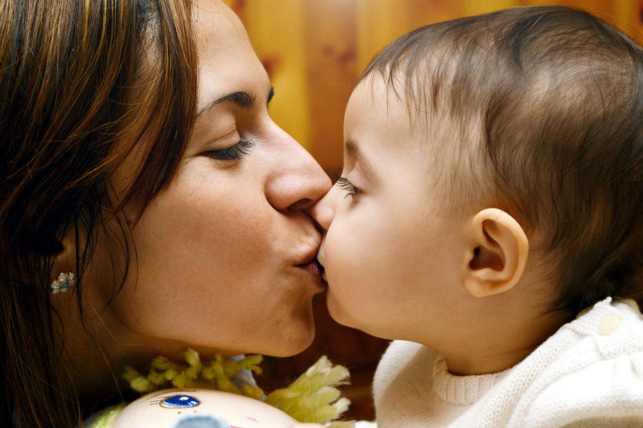 Beijar o filho na boca: saiba por que a prática não é recomendada
