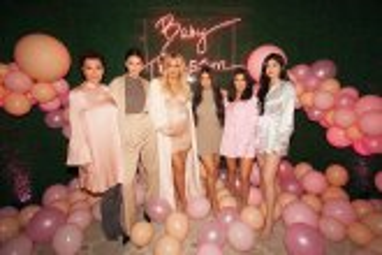 Khloé Kardashian faz chá de bebê para sua primeira filha