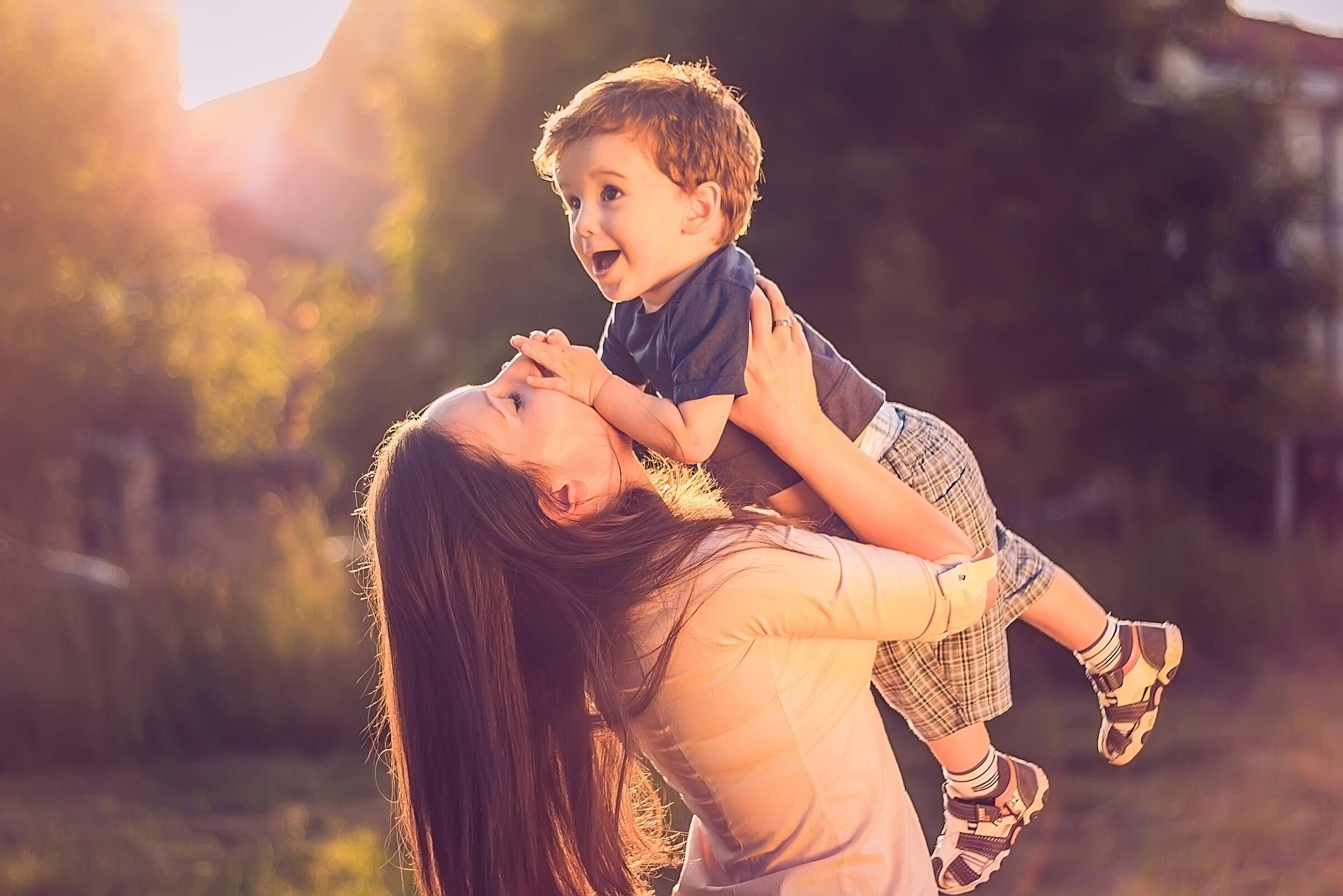 Mãe com o filho no colo