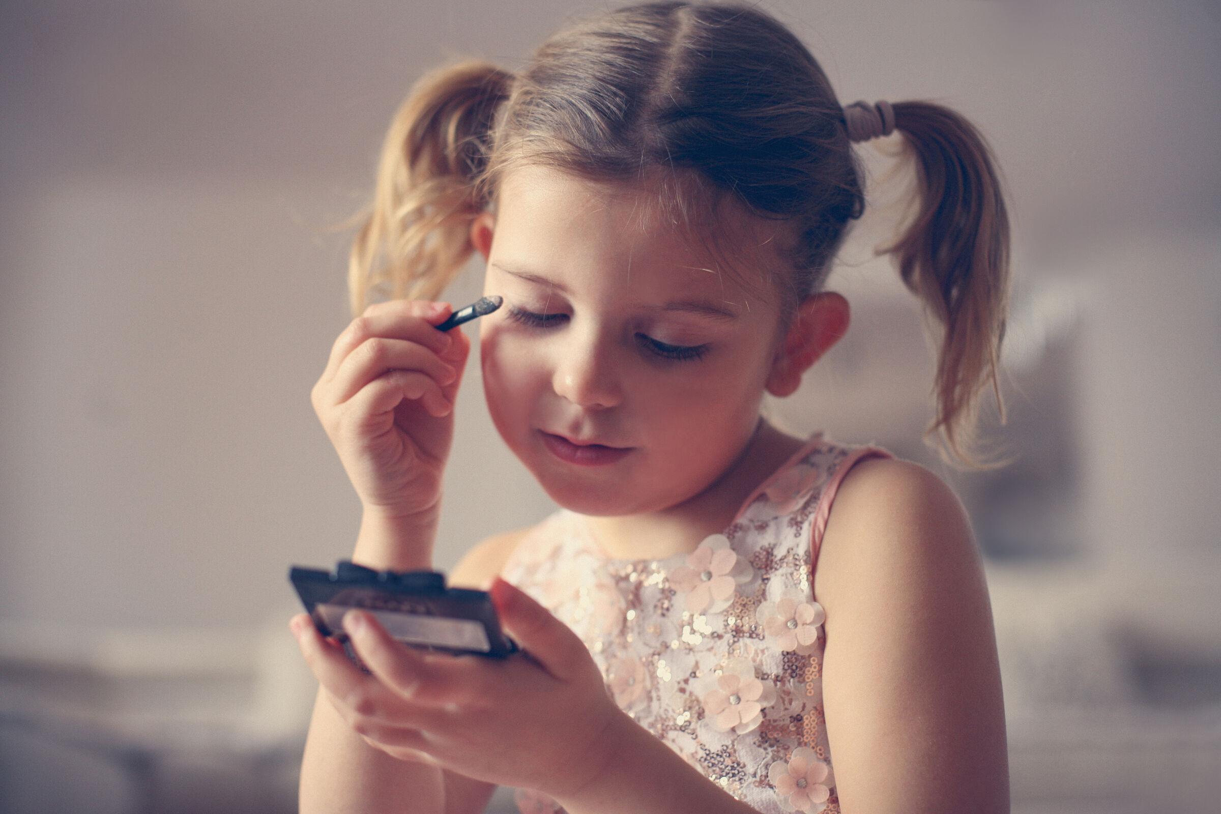 menina usando maquiagem