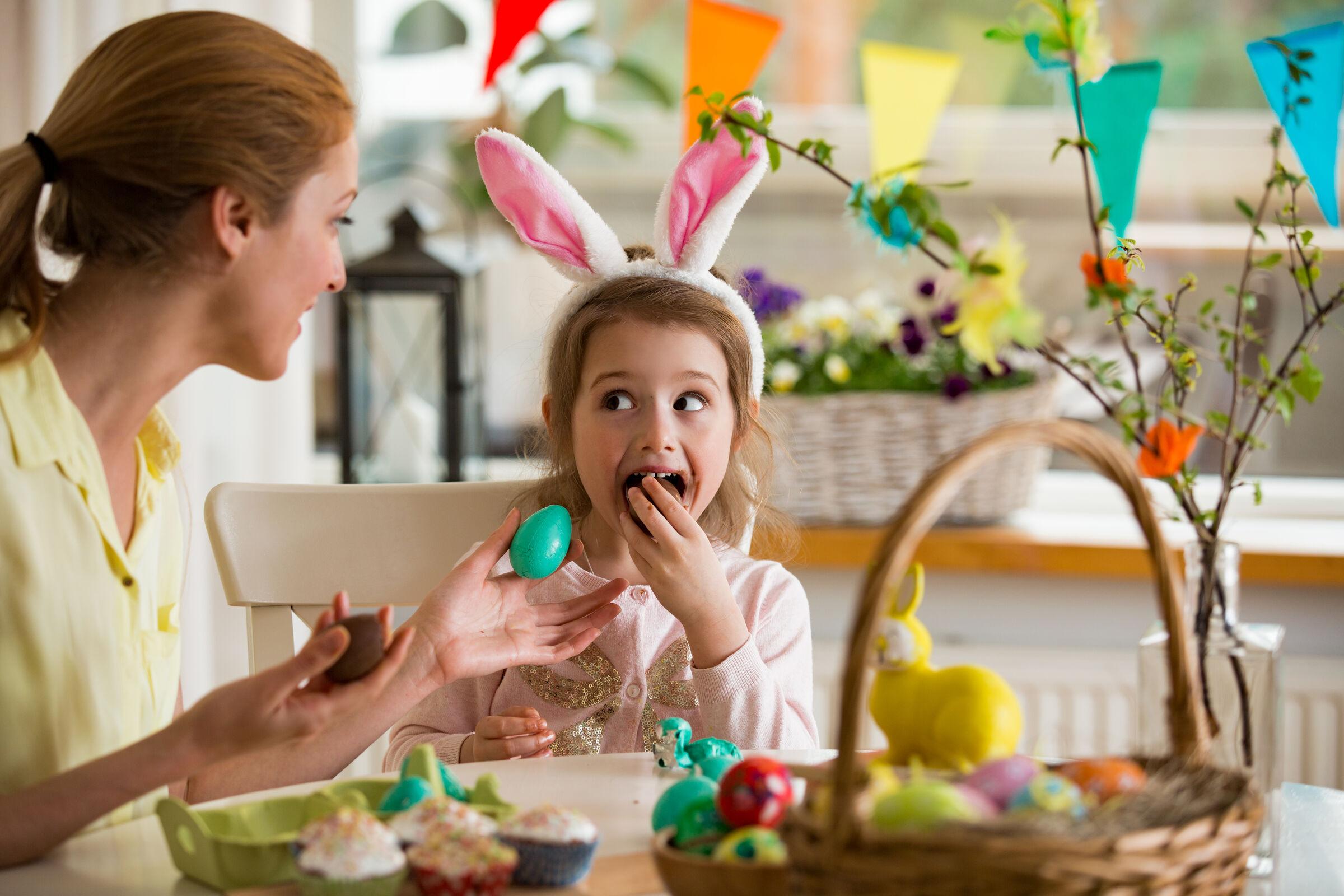 Criança comento ovo de Páscoa