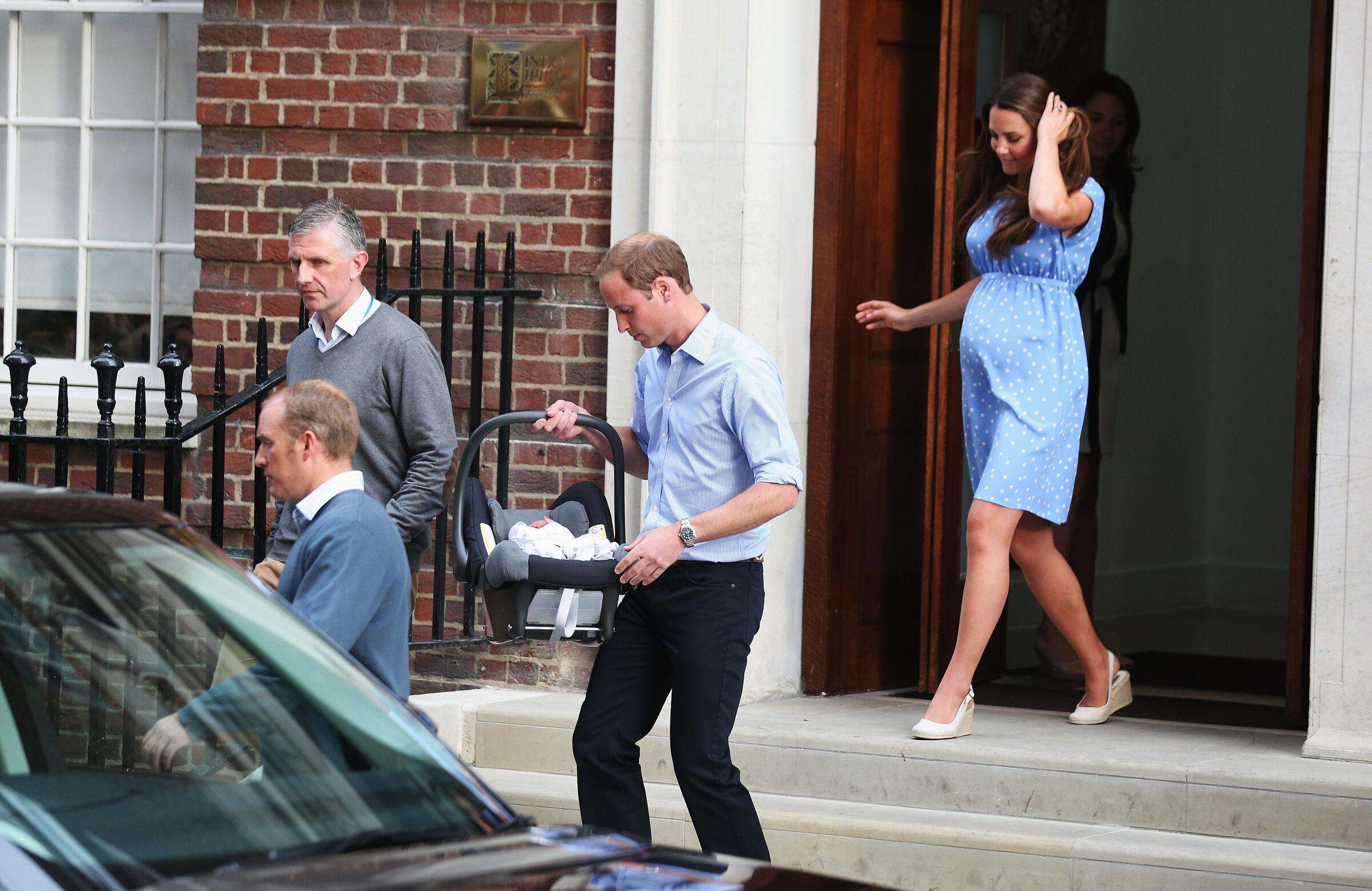 Kate Middleton e príncipe William deixando a maternidade após o nascimento de George