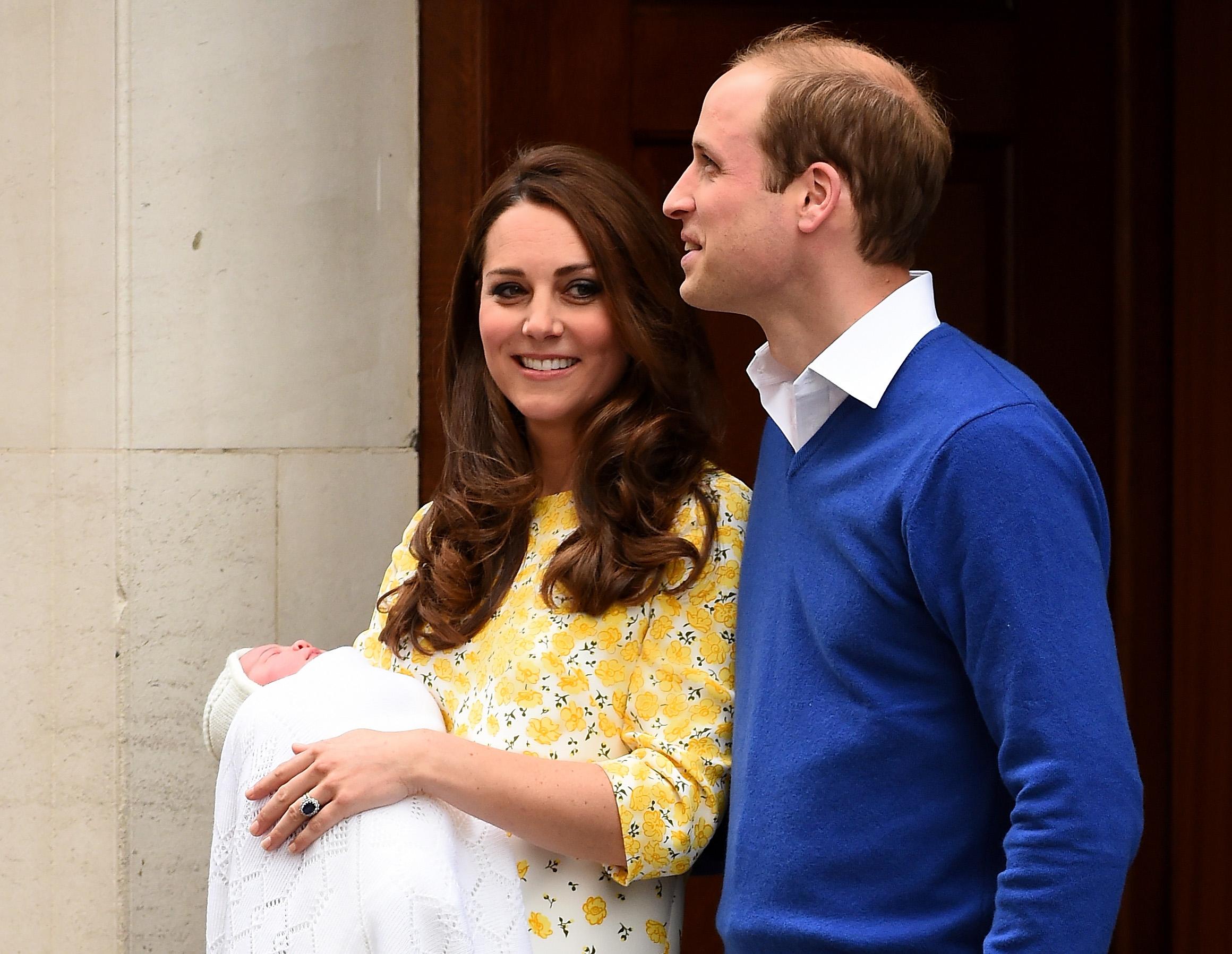 Kate Middleton e príncipe William deixando a maternidade após o nascimento de Charlotte