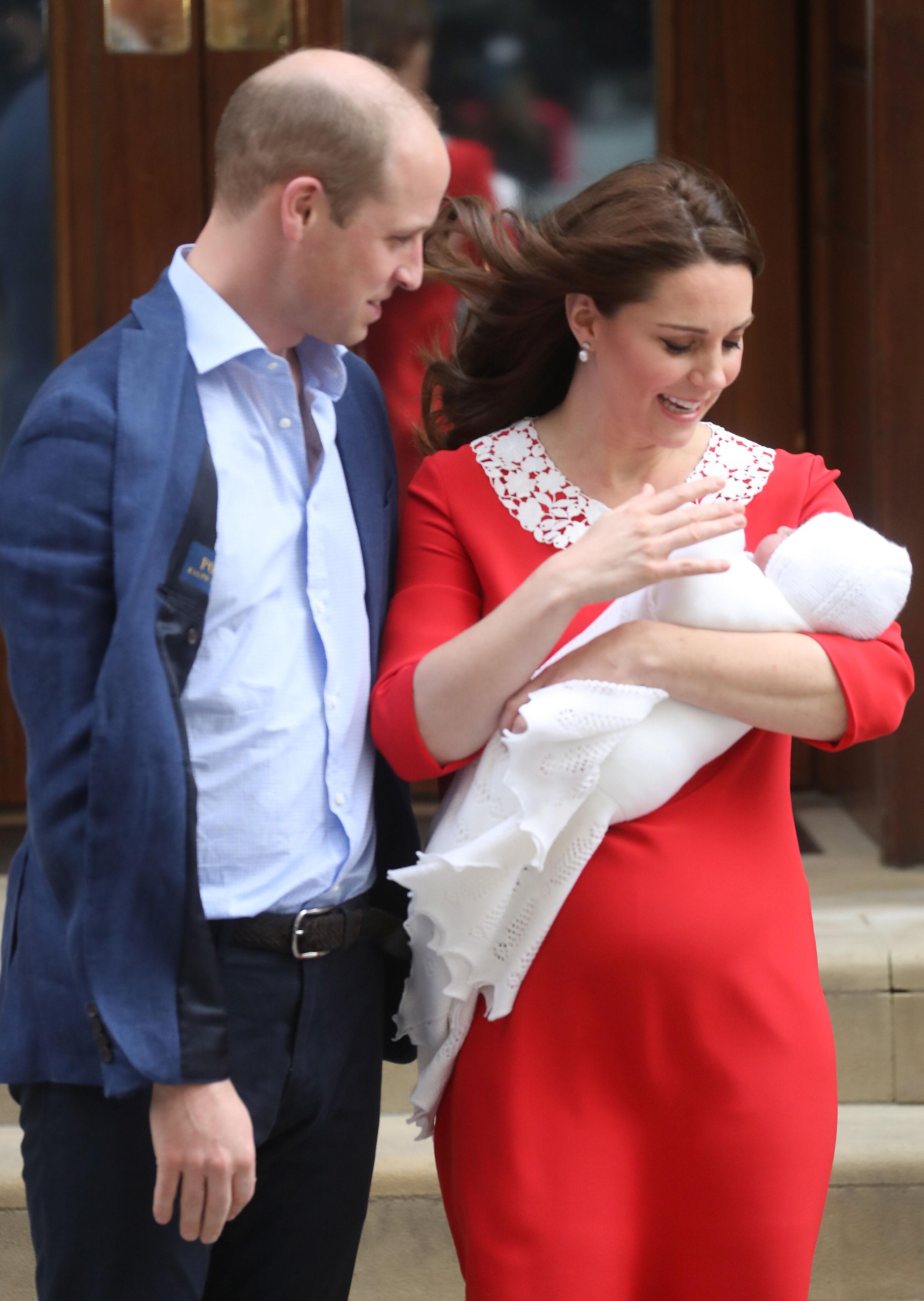 Kate Middleton e William apresentam o terceiro filho para a imprensa