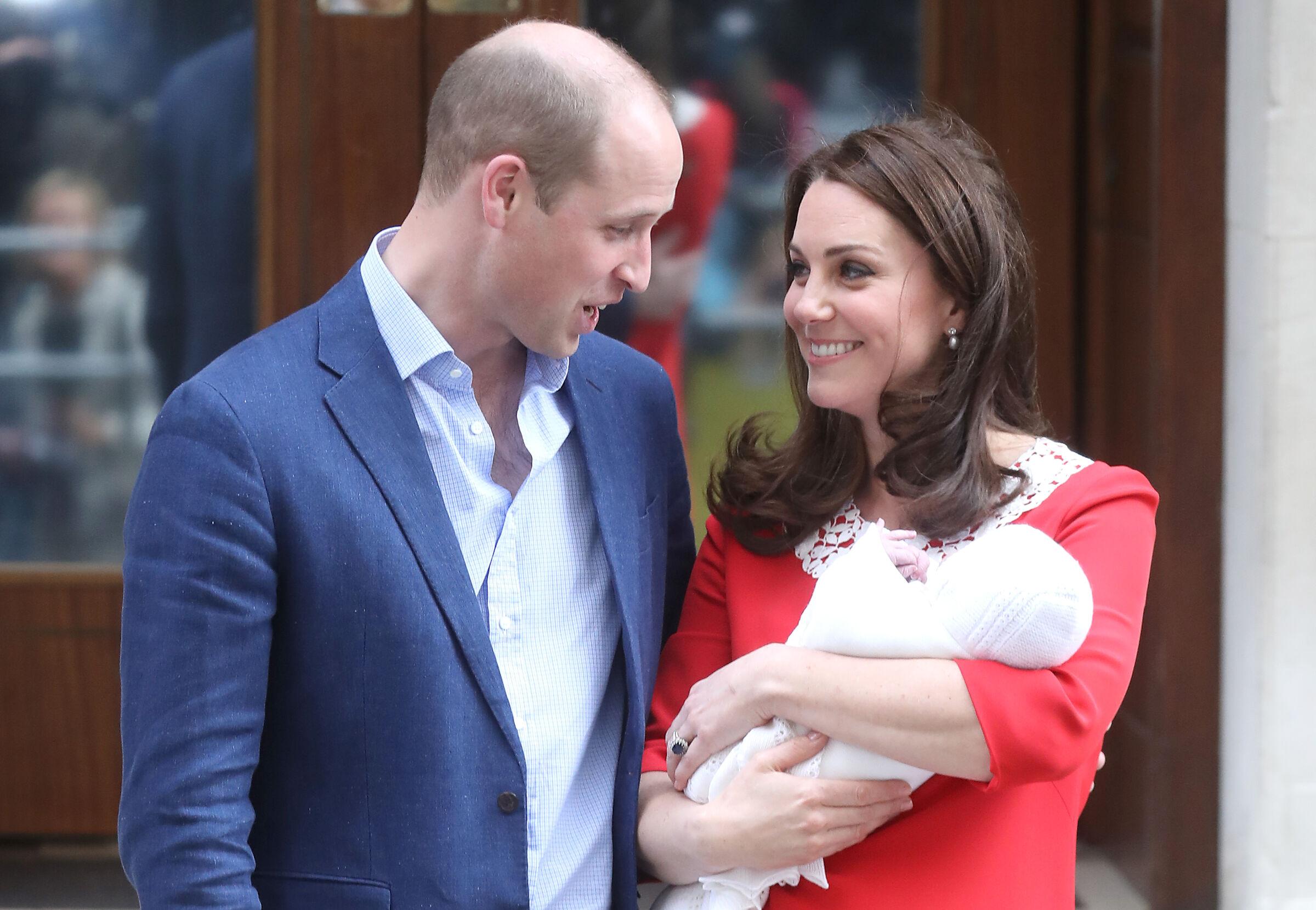 Kate Middleton e príncipe William deixando a maternidade após o nascimento do terceiro filho