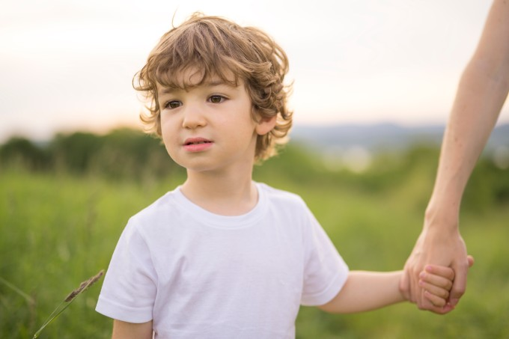 Criança com olhar evasivo
