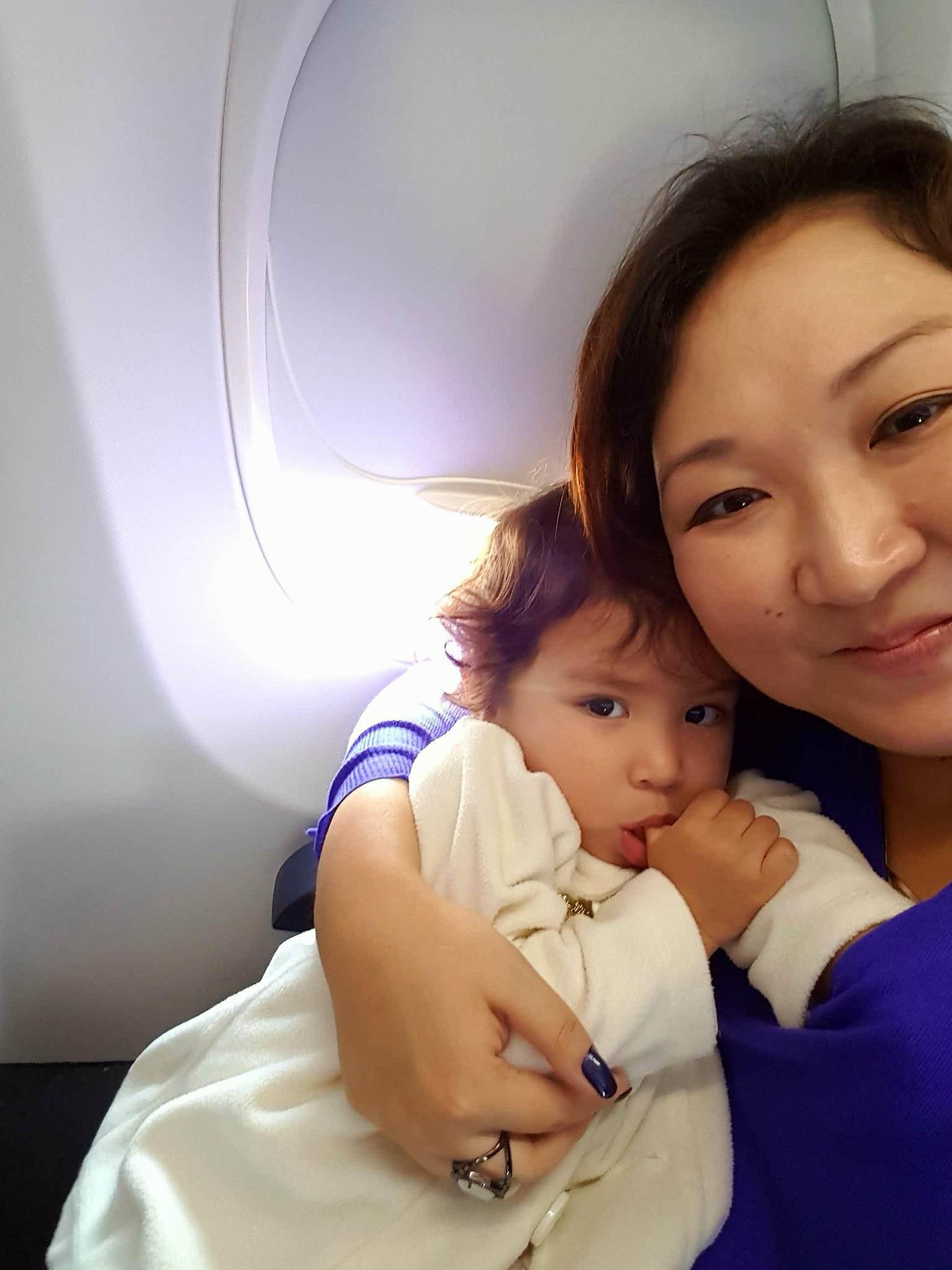 Mãe e bebê no avião