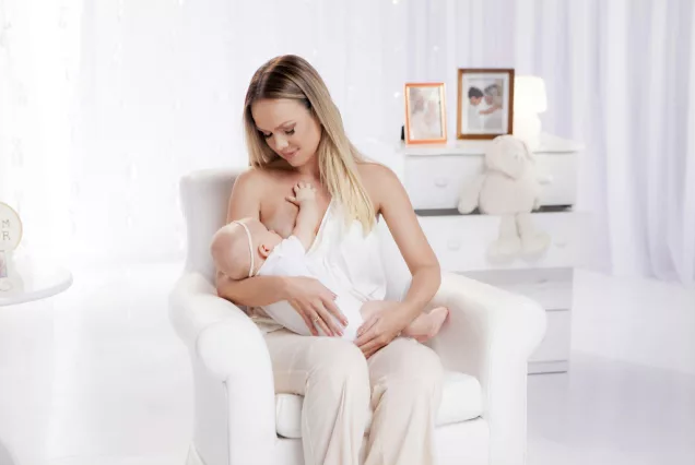 Eliana aparece amamentando Manuela em campanha de doação de leite materno