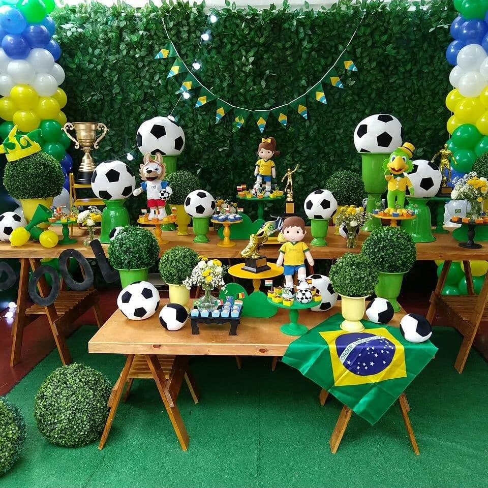 Decoração baseada em Copa do Mundo, com balões verde e amarelo