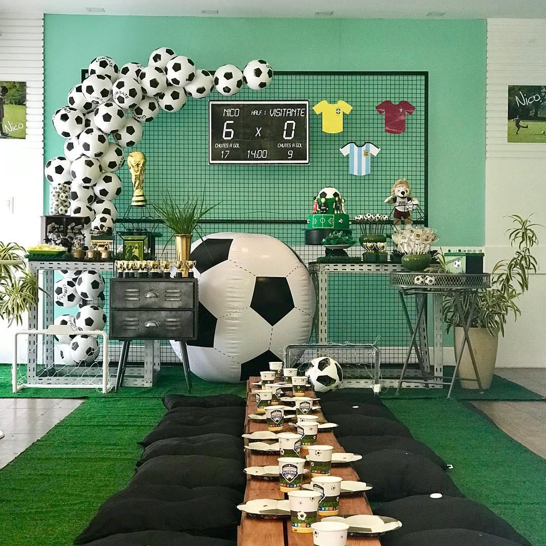 Decoração baseada em Copa do Mundo, com balões em formato de bolas