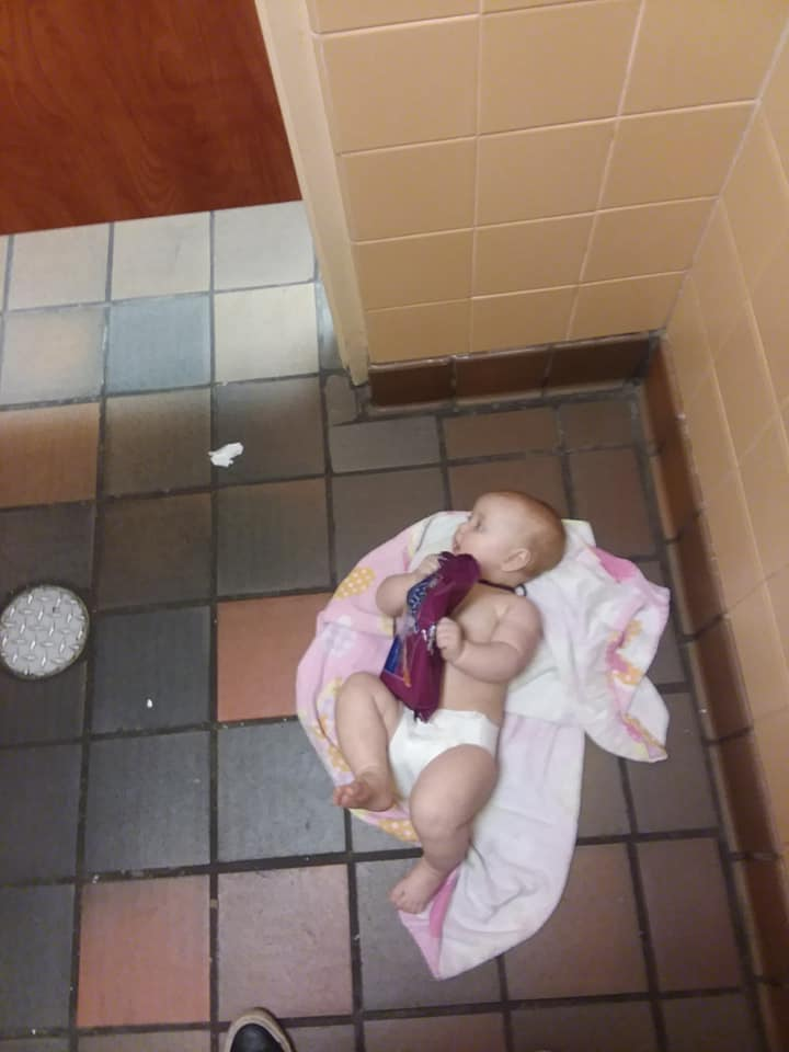 Bebê troca fraldas no chão
