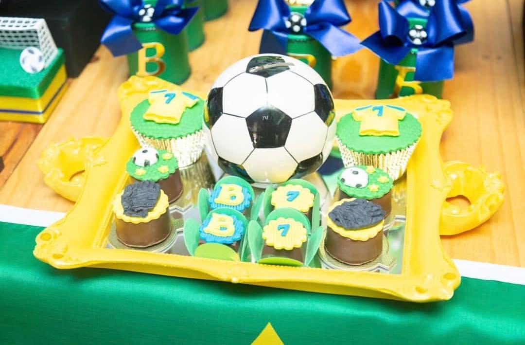 Cupcakes inspirados em Copa do Mundo, com desenhos de camisetas, bolas
