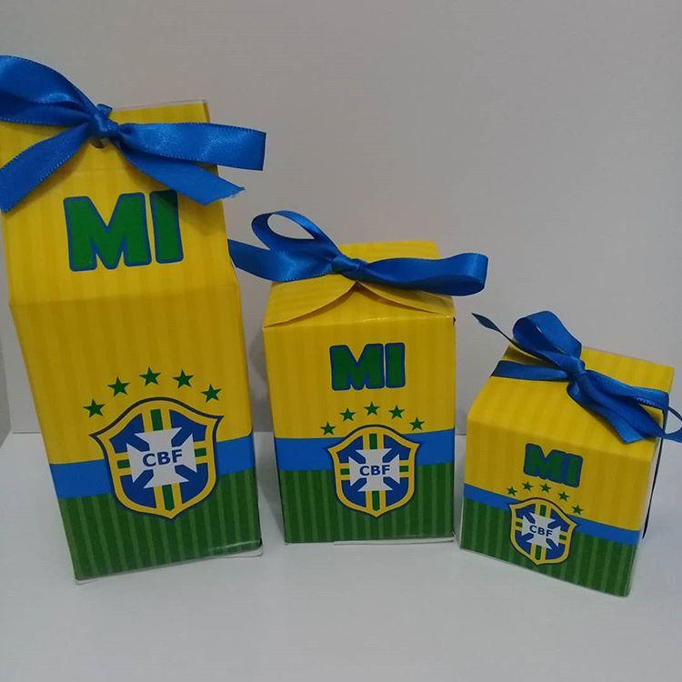 Lembrancinha de copa do mundo em formato de caixinha com laço azul com o emblema da seleção