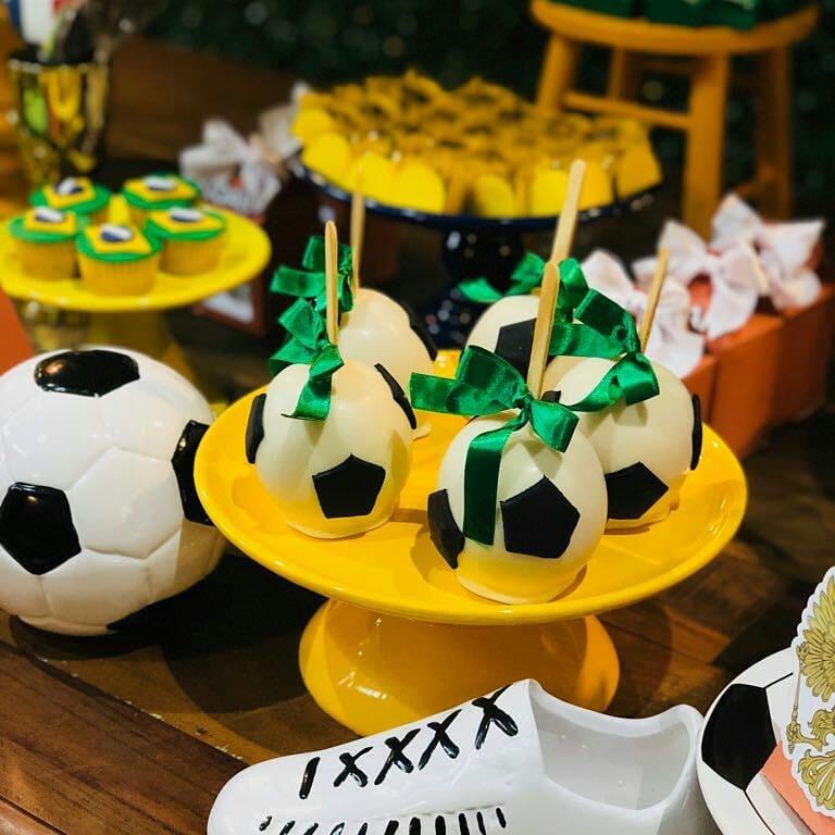 Docinhos em formato de bola de futebol inspirado no tema de Copa do Mundo