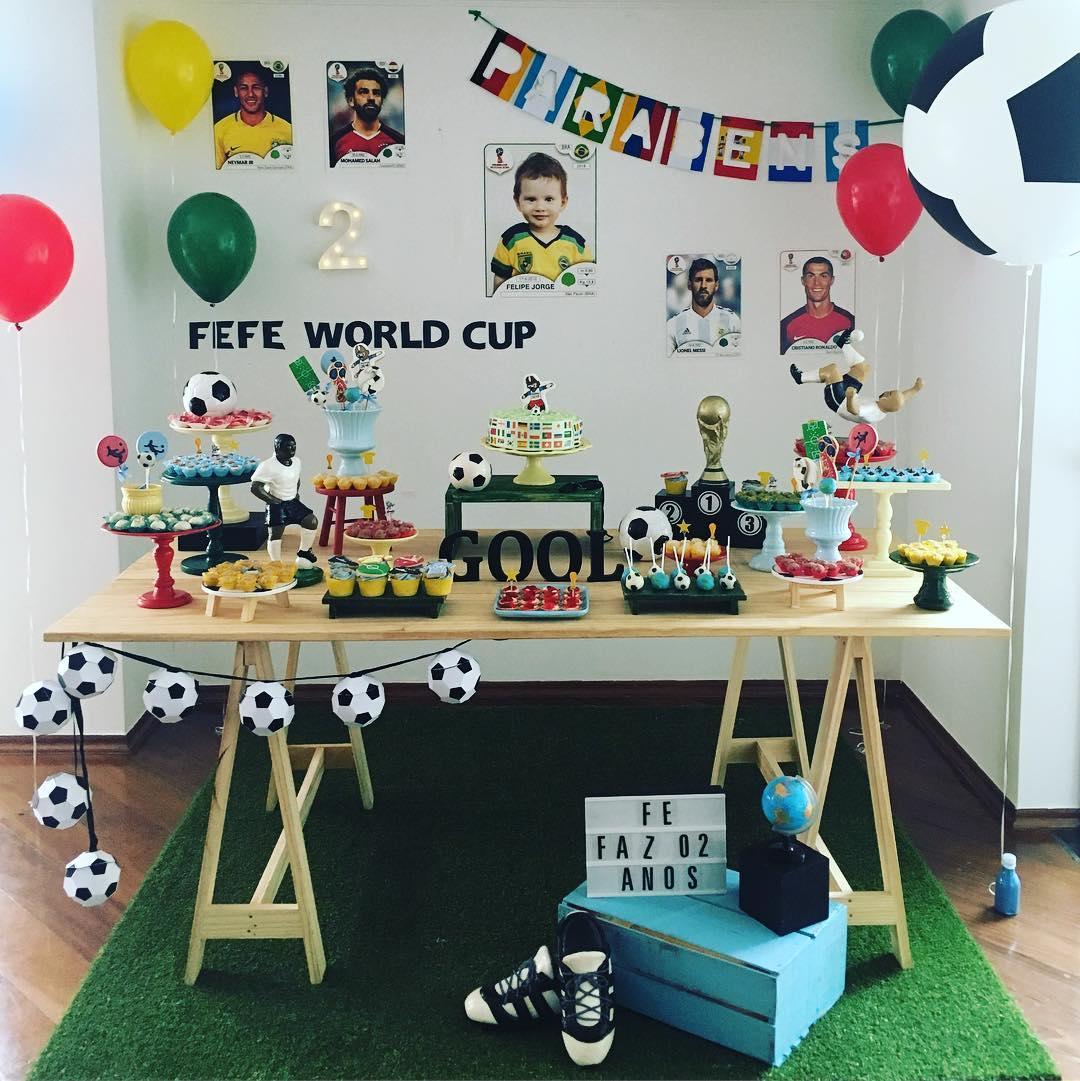 Decoração baseada em Copa do Mundo, com balões verde e amarelo,