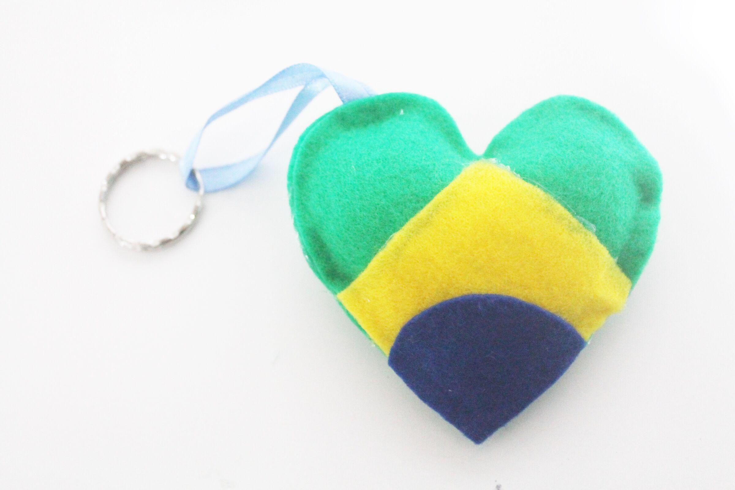 Lembrancinhas de Copa do Mundo: chaveiros e garrafas personalizadas