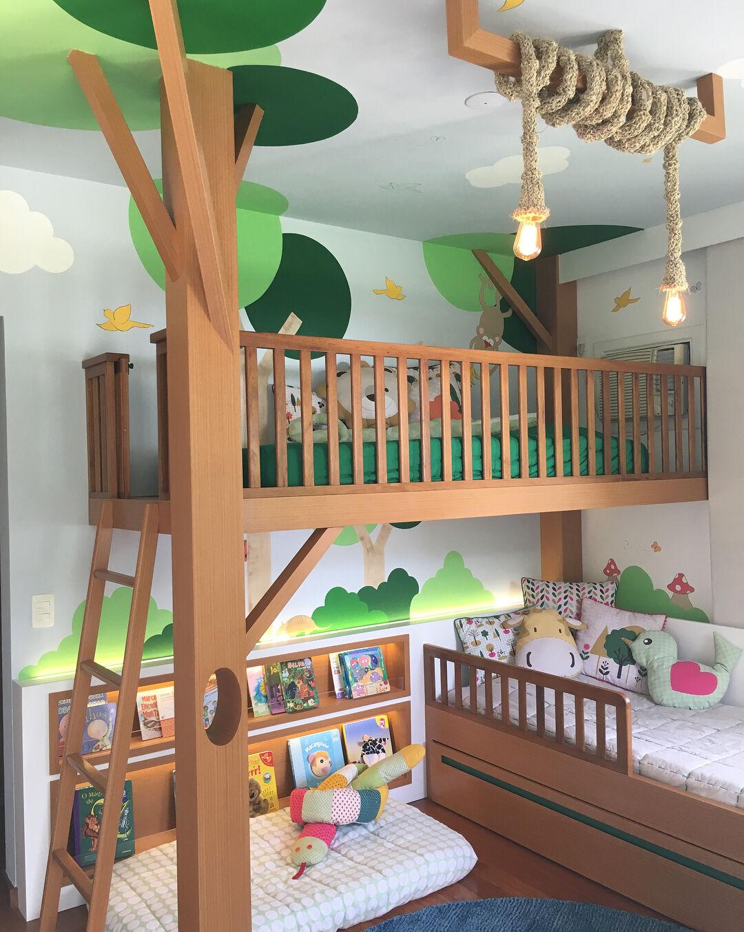 Quarto infantil colorido, com temática de natureza, com duas camas feitas de madeira