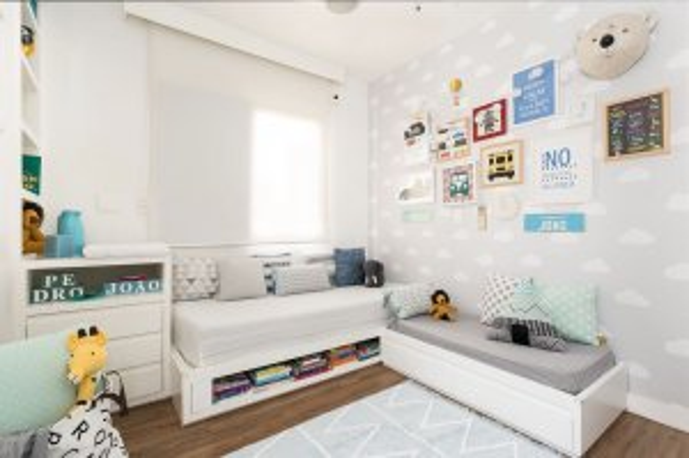 Quarto infantil decorado com duas camas em tons brancos