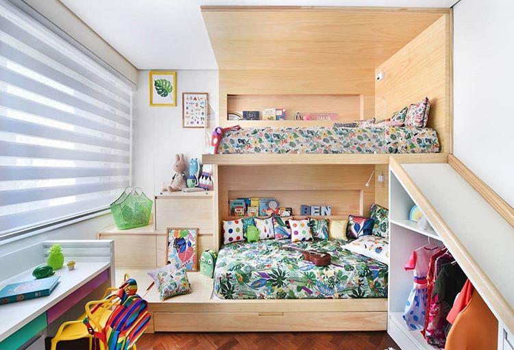 Quarto infantil colorido, com duas camas de madeiras, escrivaninha